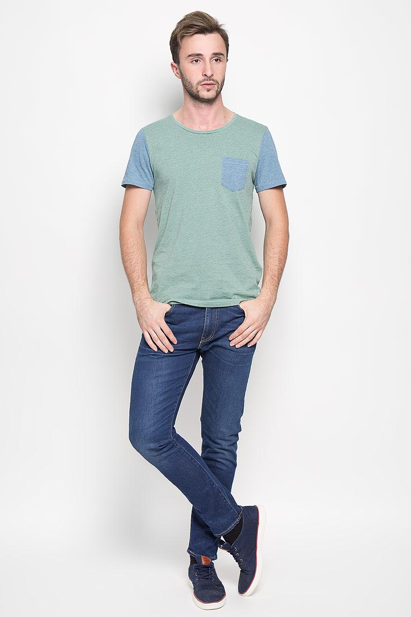 Футболка1035004.00.12_5679Стильная мужская футболка Tom Tailor Denim выполнена из натурального хлопка с добавлением вискозы. Материал очень мягкий и приятный на ощупь, обладает высокой воздухопроницаемостью и гигроскопичностью, позволяет коже дышать. Модель прямого кроя с круглым вырезом горловины и короткими рукавами дополнена на груди накладным кармашком. Снизу модель оформлена брендовой нашивкой. Такая модель подарит вам комфорт в течение всего дня и послужит замечательным дополнением к вашему гардеробу.