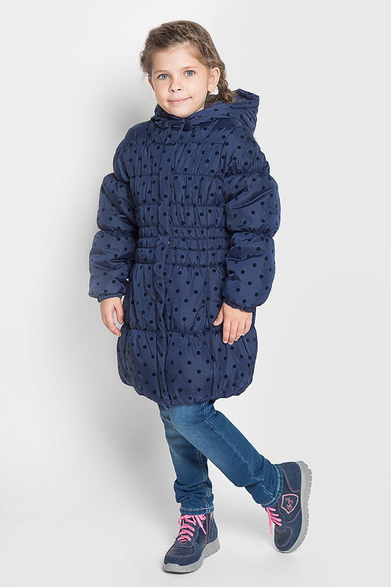 Пальто362003Стильное пальто для девочки PlayToday с капюшоном. Эластичная стежка создает отличную посадку по фигуре и увеличивает теплозащитные свойства. Такое пальто идеально подойдет для вашей принцессы в прохладное время года. Модель изготовлена из 100% полиэстера. Подкладка выполнена из полиэстера. В качестве утеплителя используется синтепон - 100% полиэстер. Пальто с воротником-капюшоном застегивается на застежку-молнию и кнопки. Спереди изделие дополнено двумя втачными карманами. Манжеты рукавов дополнены эластичной резинкой. Низ спинки оформлен фирменной светоотражающей нашивкой. Такое стильное пальто станет прекрасным дополнением гардеробу вашей девочки, оно подарит комфорт и тепло.