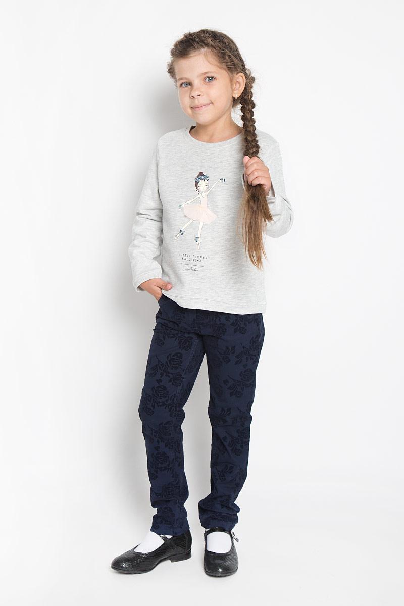 Свитшот2530122.00.81_4673Стильный и теплый свитшот для девочки Tom Tailor станет идеальным дополнением гардероба вашей маленькой модницы в холодные дни. Свитшот выполнен из натурального хлопка, он необычайно мягкий и приятный на ощупь, не сковывает движения и позволяет коже дышать, не раздражает даже самую нежную и чувствительную кожу ребенка, обеспечивая наибольший комфорт. Лицевая сторона изделия гладкая, внутренняя имеет начес. Свитшот с длинными рукавами и круглым вырезом горловины оформлен принтом в виде девочки с объемной юбкой из микросетки. Манжеты, низ и горловина свитшота также дополнены трикотажными резинками. Оригинальный современный дизайн и актуальная расцветка делают этот свитшот модным и стильным предметом детского гардероба. В нем ваша маленькая принцесса всегда будет в центре внимания!