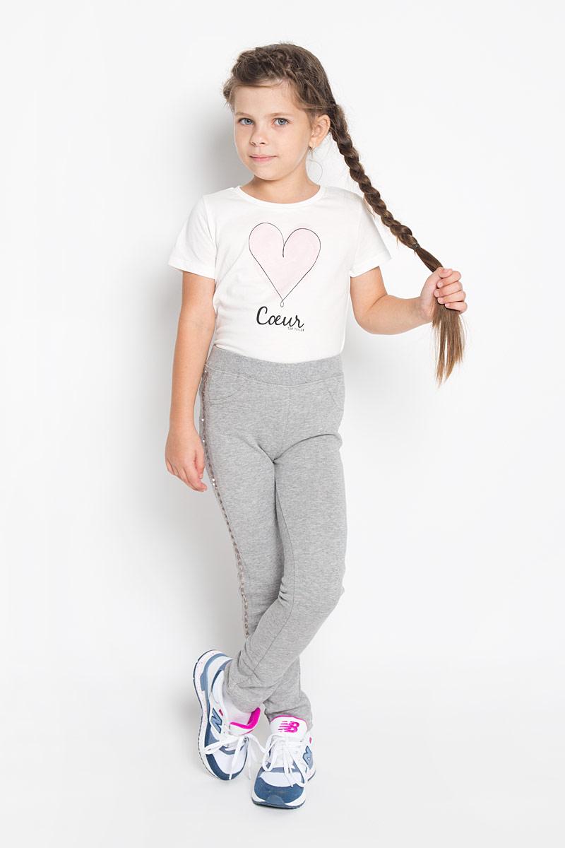 Брюки362022Стильные брюки для девочки PlayToday идеально подойдут вашей маленькой моднице. Изготовленные из хлопка с добавлением полиэстера, они мягкие и приятные на ощупь, не сковывают движения и хорошо пропускают воздух, обеспечивая комфорт. Изнаночная сторона с небольшими петельками. Брюки слегка зауженного кроя дополнены в поясе мягкой трикотажной резинкой. Спереди имеется имитация кармашков, сзади расположены два функциональных накладных кармана. Изделие украшено по бокам лампасами из матовых пайеток. Современный дизайн и расцветка делают эти брюки модным и стильным предметом детского гардероба. В них ваша принцесса всегда будет в центре внимания!