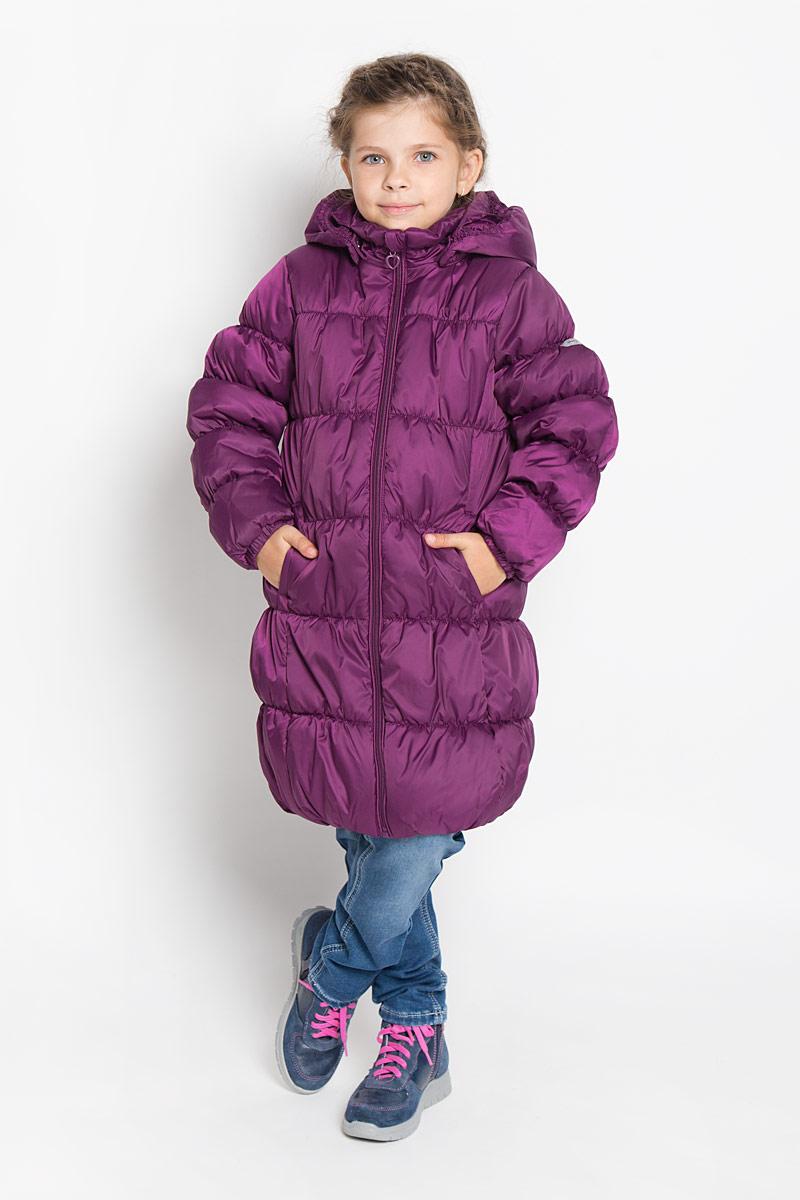 Пальто362051Стильное пальто для девочки PlayToday идеально подойдет для ребенка в прохладное время года. Модель изготовлена из водоотталкивающей и ветрозащитной ткани и утеплена синтепоном (100% полиэстер). Эластичная стежка создает отличную посадку по фигуре и увеличивает теплозащитные свойства. Пальто с капюшоном и небольшим воротником-стойкой застегивается на застежку-молнию и дополнительно имеет внутренний ветрозащитный клапан, а также защиту подбородка. Капюшон в случае необходимости можно отстегнуть. Манжеты рукавов дополнены эластичной резинкой. Низ изделия и внутренний край капюшона собраны на резинку. Спереди изделие дополнено двумя втачными карманами. Низ спинки оформлен фирменной светоотражающей нашивкой. Такое стильное пальто станет прекрасным дополнением гардеробу вашей девочки, оно подарит комфорт и тепло.