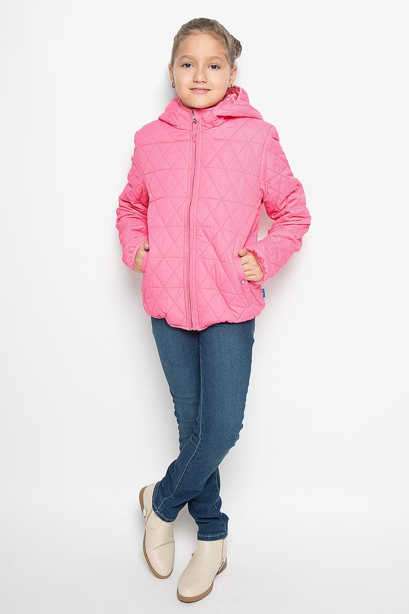 Куртка116BBGB4102Стильная куртка для девочки Button Blue идеально подойдет вашей моднице в прохладное время года. Куртка изготовлена из водоотталкивающей и ветрозащитной ткани с утеплителем из 100% полиэстера, а на подкладке используется натуральный хлопок. Стеганая куртка с капюшоном застегивается на пластиковую застежку-молнию с защитой подбородка, благодаря чему ее легко одевать и снимать, и дополнительно имеет внутренний ветрозащитный клапан. Капюшон не отстегивается. Края капюшона, низ рукавов и низ изделия оформлены эластичной окантовкой. Спереди имеются два прорезных кармана на кнопках. Подкладка капюшона оформлена принтом с мелким изображением сердечек. Комфортная, удобная и теплая куртка идеально подойдет для прогулок и игр на свежем воздухе!