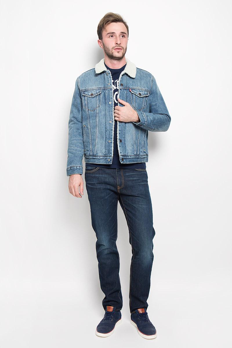 Куртка1636500290Стильная мужская джинсовая куртка Levis® - отличный вариант для прохладной погоды. Модель с отложным воротником и длинными рукавами застегивается на металлические кнопки с логотипом бренда. Подкладка и воротник выполнены из искусственного меха, имитирующего овчину. На груди куртка дополнена двумя прорезными карманами с клапанами на кнопках, один внутренний без застежки. Также спереди расположены два открытых втачных кармана. Рукава понизу оформлены широкими манжетами, также застегивающимися на кнопки. Изделие оформлено эффектом потертости. Эта куртка - практичная вещь, которая несомненно, впишется в ваш гардероб, в ней вы будете чувствовать себя уютно и комфортно.