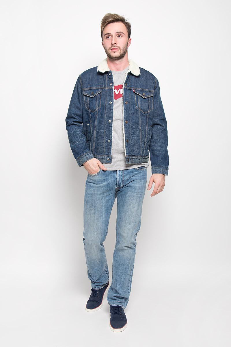 Куртка1636500340Стильная мужская джинсовая куртка Levis® - отличный вариант для прохладной погоды. Модель с отложным воротником и длинными рукавами застегивается на металлические кнопки с логотипом бренда. Подкладка и воротник выполнены из искусственного меха, имитирующего овчину. На груди куртка дополнена двумя прорезными карманами с клапанами на кнопках, один внутренний без застежки. Также спереди расположены два открытых втачных кармана. Рукава понизу оформлены широкими манжетами, также застегивающимися на кнопки. Изделие оформлено эффектом потертости. Эта куртка - практичная вещь, которая, несомненно, впишется в ваш гардероб, в ней вы будете чувствовать себя уютно и комфортно.