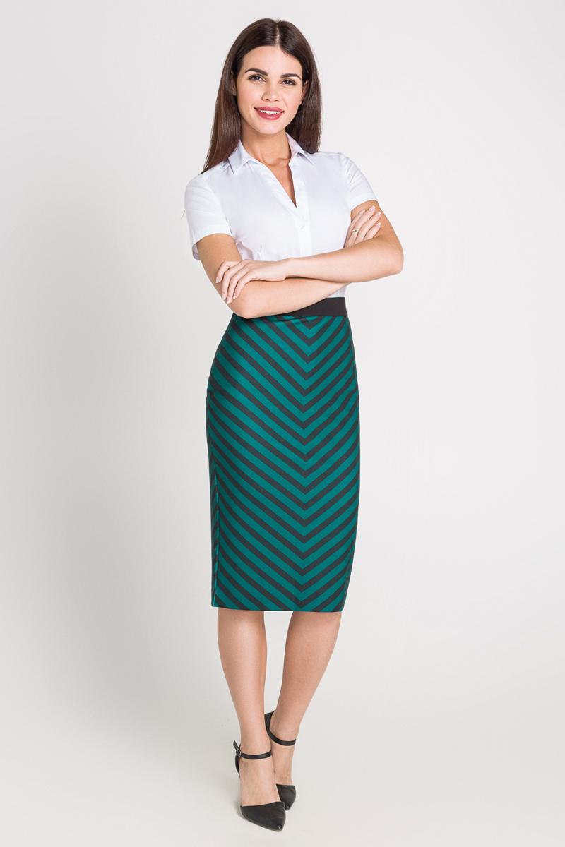 40200270064_200Классическая рубашка с коротким рукавом выполнена из эластичной ткани. Модель приталенного кроя с отложным воротником, короткими стандартными рукавами и V-образным вырезом.
