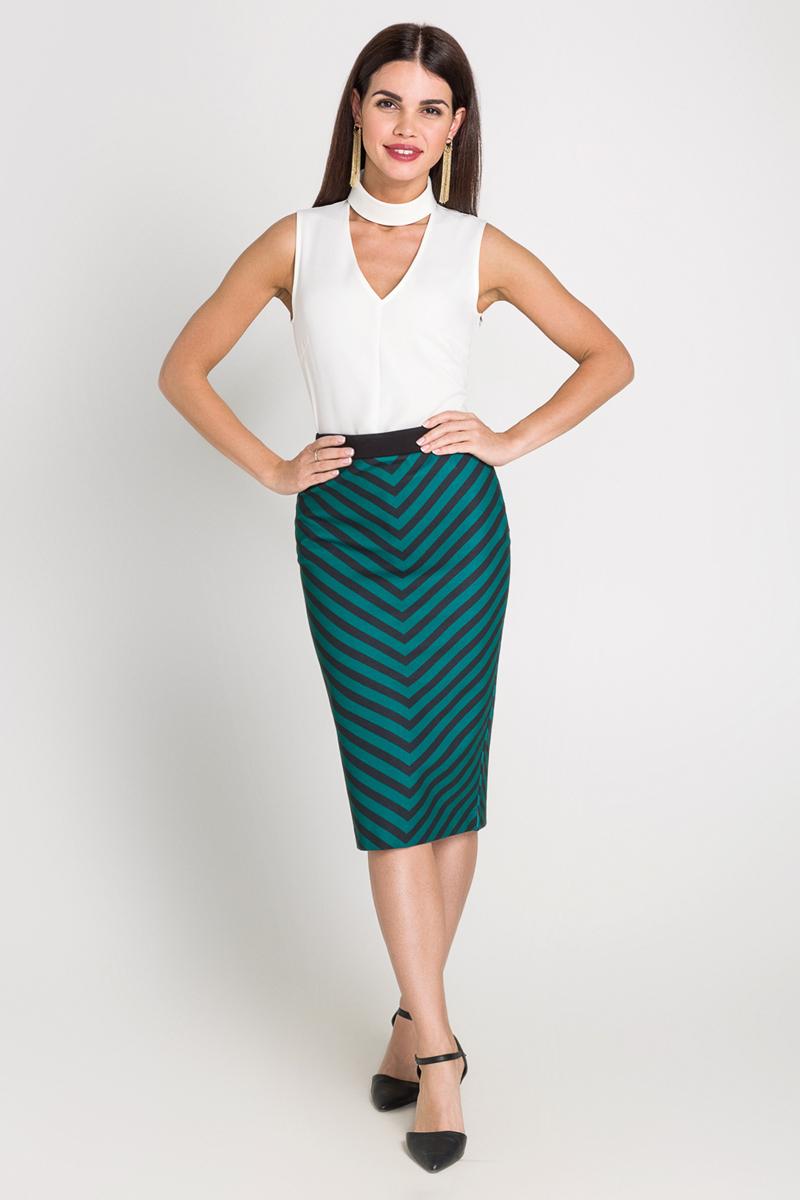 Блузка40200270063_200Блузка выполнена из плотной эластичной ткани, дополнена воротником-стойкой, V-образным вырезом на груди и вытачками. Модель свободного кроя с застежкой-молнией на спинке и небольшими разрезами по бокам.