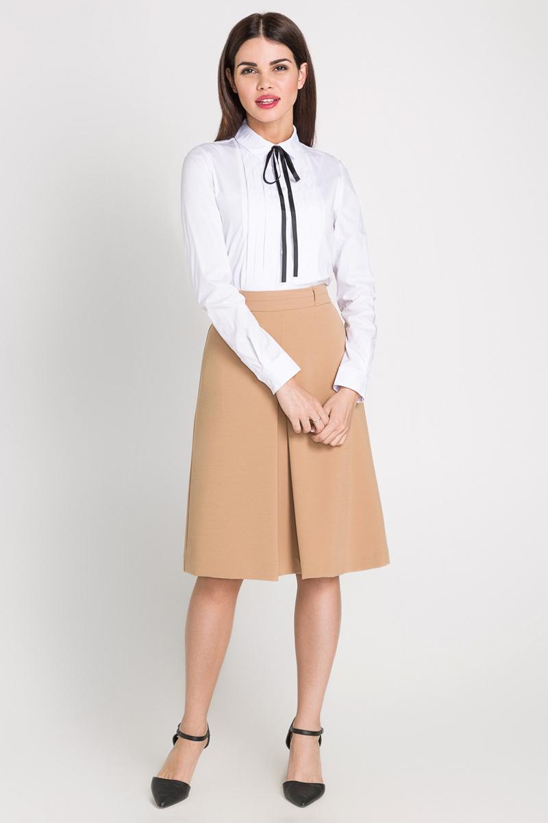 Блузка40200260085_200Блузка выполнена из хлопковой эластичной ткани, оформлена вертикальными складками. Модель приталенного кроя с длинными стандартными рукавами и отложным воротником, декорированным контрастной отделочной лентой.