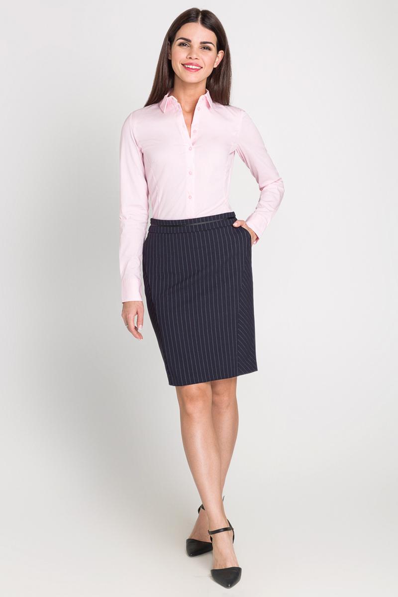 40200260082_3400Классическая рубашка выполнена из хлопковой эластичной ткани. Модель приталенного кроя с отложным воротником и длинными стандартными рукавами, манжеты дополнены пуговицами.