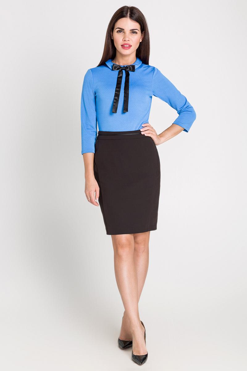 Блузка40200260093_200Блузка из фактурной эластичной ткани, с отложным воротником. Модель приталенного кроя с рукавами длиной три четверти и застежкой на пуговицу сзади.