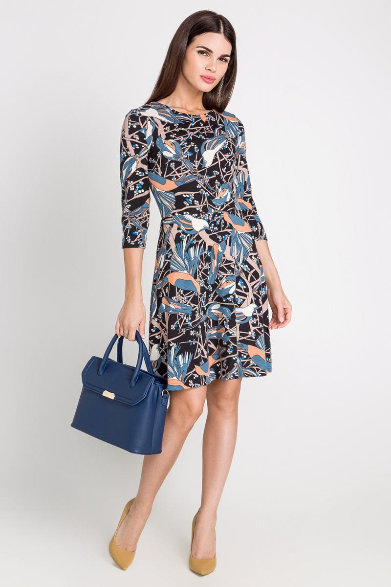 Платье40200200184_9000Стильное платье Bestia Azriel_b выполнено из высококачественного полиэстера с добавлением эластана. Модель с круглым вырезом горловины и рукавами 3/4 застегивается сзади по спинке на потайную молнию. Оформлено платье принтом с птицами.