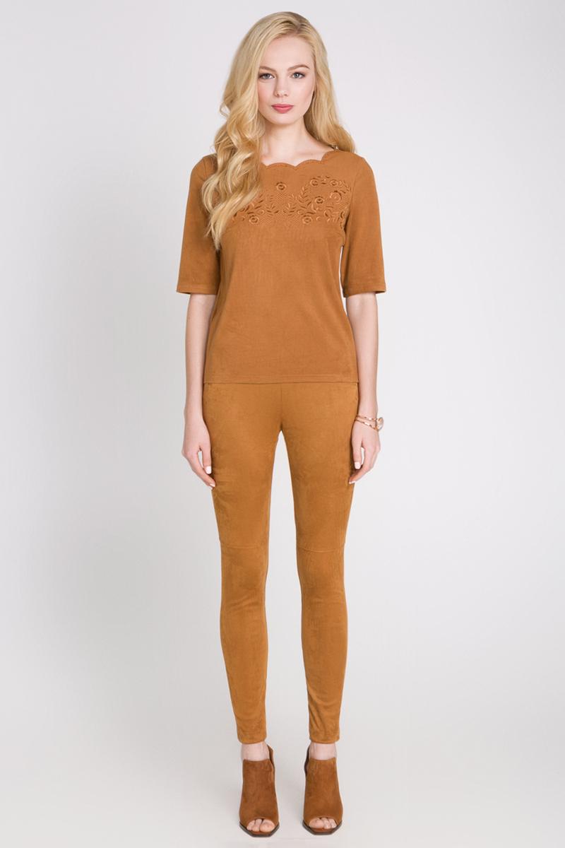 Блузка10200270069_900Женская блузка выполнена из искусственной мягкой замши. Модель прямого кроя с фигурным вырезом горловины и застежкой-молнией сзади. Спереди изделие декорировано узорной вышивкой.