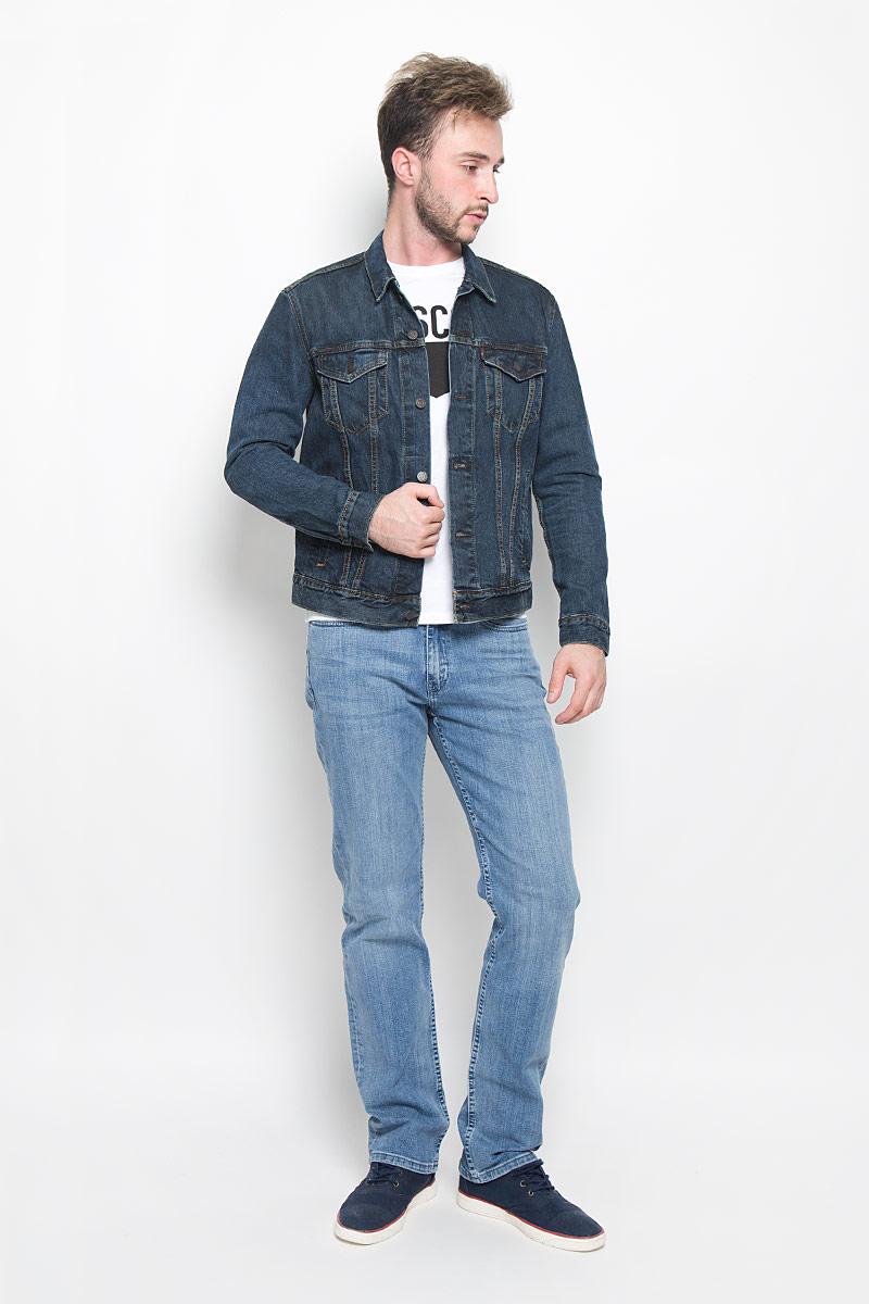 Куртка7233401760Мужская джинсовая куртка Levis® изготовлена из натурального хлопка. Материал изделия приятный на ощупь, не стесняет движений и позволяет коже дышать, обеспечивая комфорт. Модель с отложным воротником и длинными рукавами застегивается на металлические пуговицы. На груди куртка дополнена двумя прорезными карманами с клапанами на пуговицах. Также спереди расположены два открытых прорезных кармана. Низ рукавов дополнен манжетами на пуговицах. Изделие оформлено эффектом потертости и контрастной отстрочкой. Современный дизайн и модная расцветка делают эту куртку стильным предметом мужского гардероба, она поможет создать отличный современный образ.