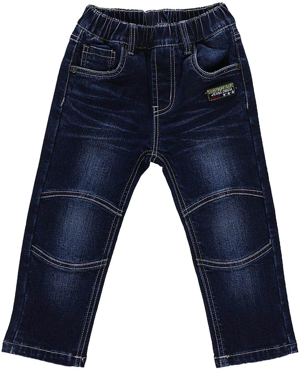 206147Утепленные джинсы Sweet Berry для мальчика с эффектом потертости выполнены из высококачественного материала. Изделие прямого кроя и стандартной посадки на талии дополнено эластичной резинкой. На поясе имеются шлевки для ремня. Модель представляет собой классическую пятикарманку: два втачных и один маленький накладной кармашек спереди и два накладных кармана сзади.