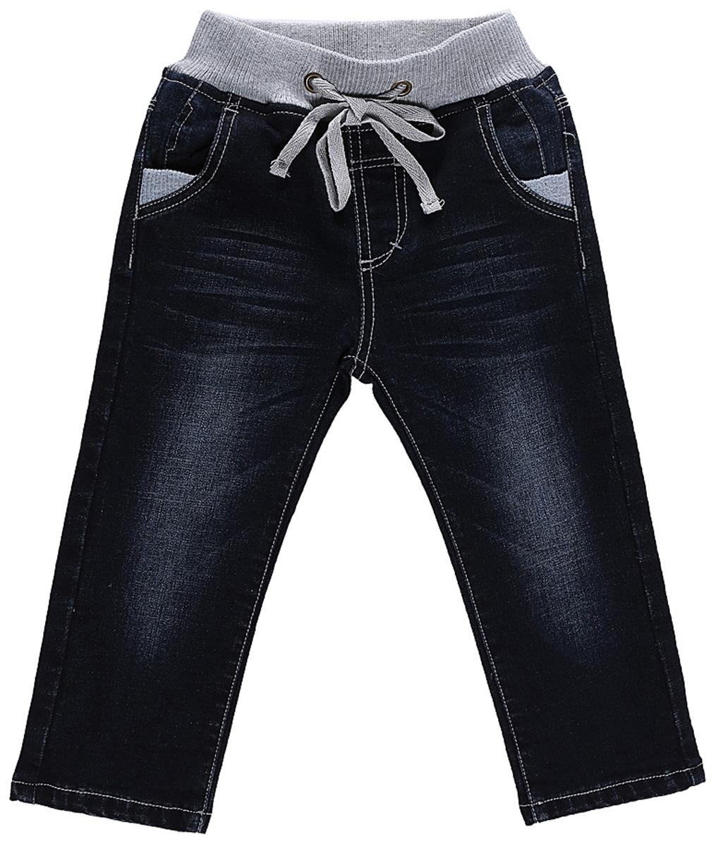 206166Джинсы Sweet Berry для мальчика с эффектом потертости выполнены из высококачественного материала. Изделие прямого кроя и стандартной посадки на талии дополнено эластичной резинкой и кулиской. Модель оформлена спереди двумя карманами, а сзади двумя накладными карманами.