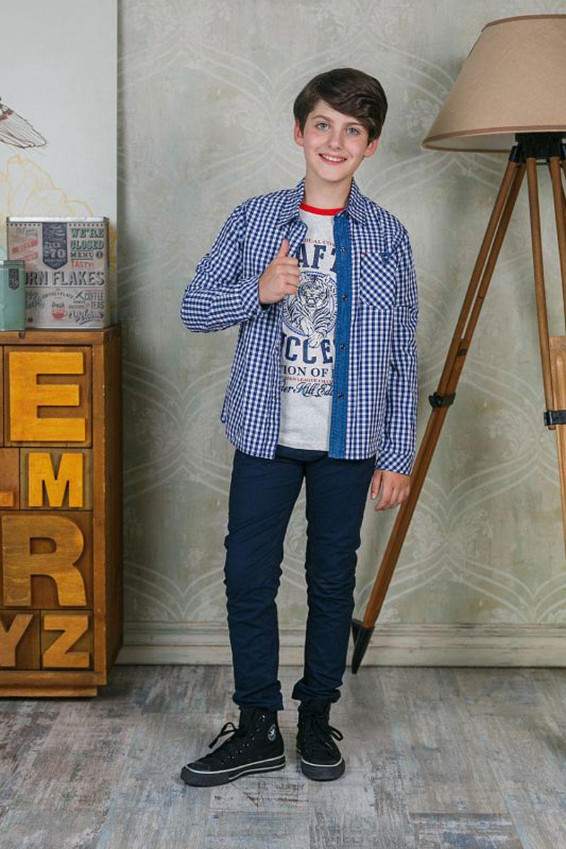 Рубашка206759Рубашка для мальчика Luminoso выполнена из натурального хлопка. Модель с отложным воротником и длинными рукавами на груди дополнена накладным кармашком и оформлена принтом в клетку.