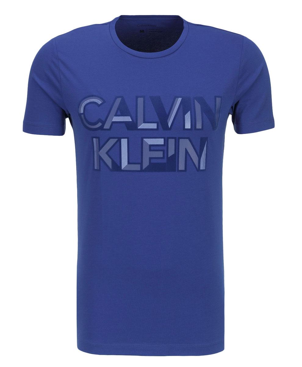 J30J300562_4950Мужская футболка Calvin Klein Jeans, выполненная из эластичного хлопка, идеально подойдет для повседневной носки. Материал очень мягкий и приятный на ощупь, не сковывает движения и хорошо пропускает воздух. Футболка с круглым вырезом горловины и короткими рукавами имеет полуприлегающий силуэт. Спереди изделие украшено фактурной надписью с названием бренда. Такая модель будет дарить вам комфорт в течение всего дня и станет стильным дополнением к вашему образу.