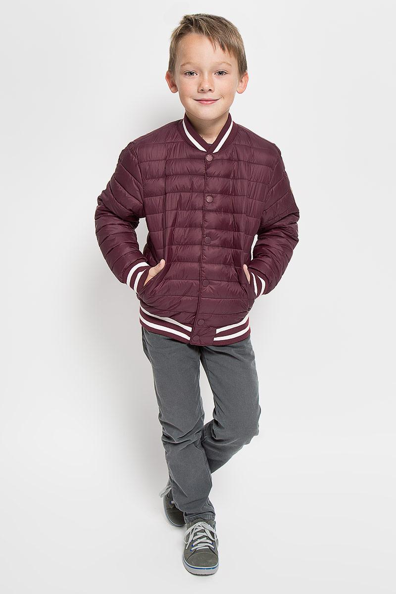 3532736.00.30_4663Стеганая куртка для мальчика Tom Tailor дополнит образ маленького модника в прохладную погоду. Куртка изготовлена из водоотталкивающего материала. Материал изделия очень приятный на ощупь. В качестве утеплителя используется полиэстер. Куртка-бомбер с круглым вырезом горловины и длинными рукавами застегивается на пластиковую молнию. Модель оснащена двумя ветрозащитными планками. Внешняя планка имеет застежки-кнопки. Вырез горловины и низ изделия дополнены трикотажными резинками с контрастными полосками. На рукавах предусмотрены мягкие эластичные манжеты, оформленные полосками контрастного цвета. Спереди расположены два удобных прорезных кармана. Куртка имеет с внутренней стороны накладной карман на застежке-липучке. На рукаве изделие украшено фирменной нашивкой. Стильная модель великолепно выглядит на прогулке, в школе или на активном отдыхе!