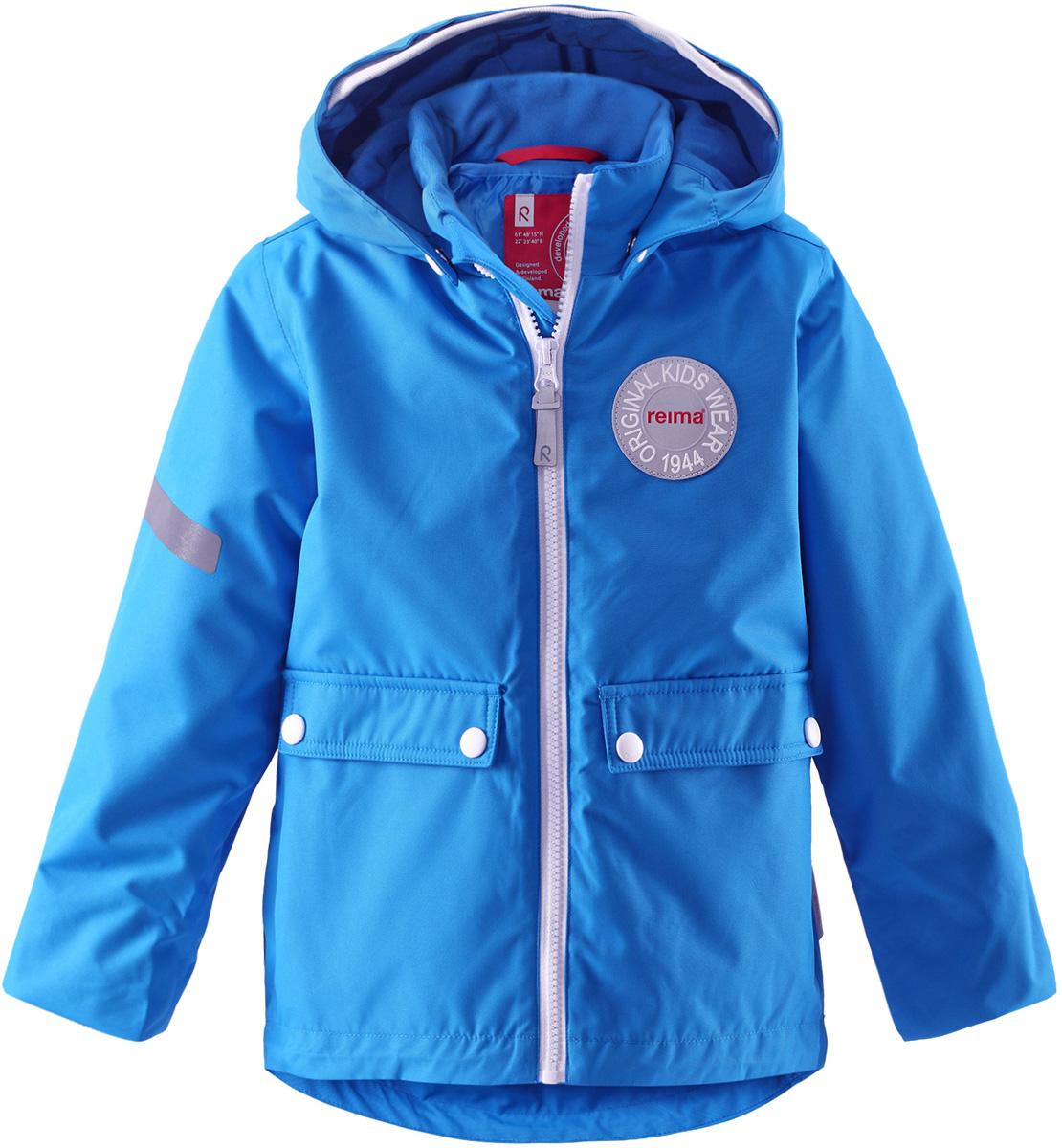 521463-2500Детская куртка Reima Taag идеально подойдет для ребенка в прохладное время года. Куртка изготовлена из водоотталкивающей и ветрозащитной мембранной ткани. Материал отличается высокой устойчивостью к трению, благодаря специальной обработке полиуретаном поверхность изделия отталкивает грязь и воду, что облегчает поддержание аккуратного вида одежды, дышащее покрытие с изнаночной части не раздражает даже самую нежную и чувствительную кожу ребенка, обеспечивая ему наибольший комфорт. Куртка с капюшоном и длинными стандартными рукавами застегивается на пластиковую застежку-молнию с защитой подбородка, благодаря чему ее легко надевать и снимать, и дополнительно имеет внутреннюю ветрозащитную планку. Капюшон, присборенный по верху мягкой резинкой, защитит нежные щечки от ветра, он пристегивается к куртке при помощи застежек-кнопок. Мягкая подкладка на воротнике-стойке и широкая резинка на манжетах обеспечивает дополнительный комфорт. Спинка изделия удлинена....