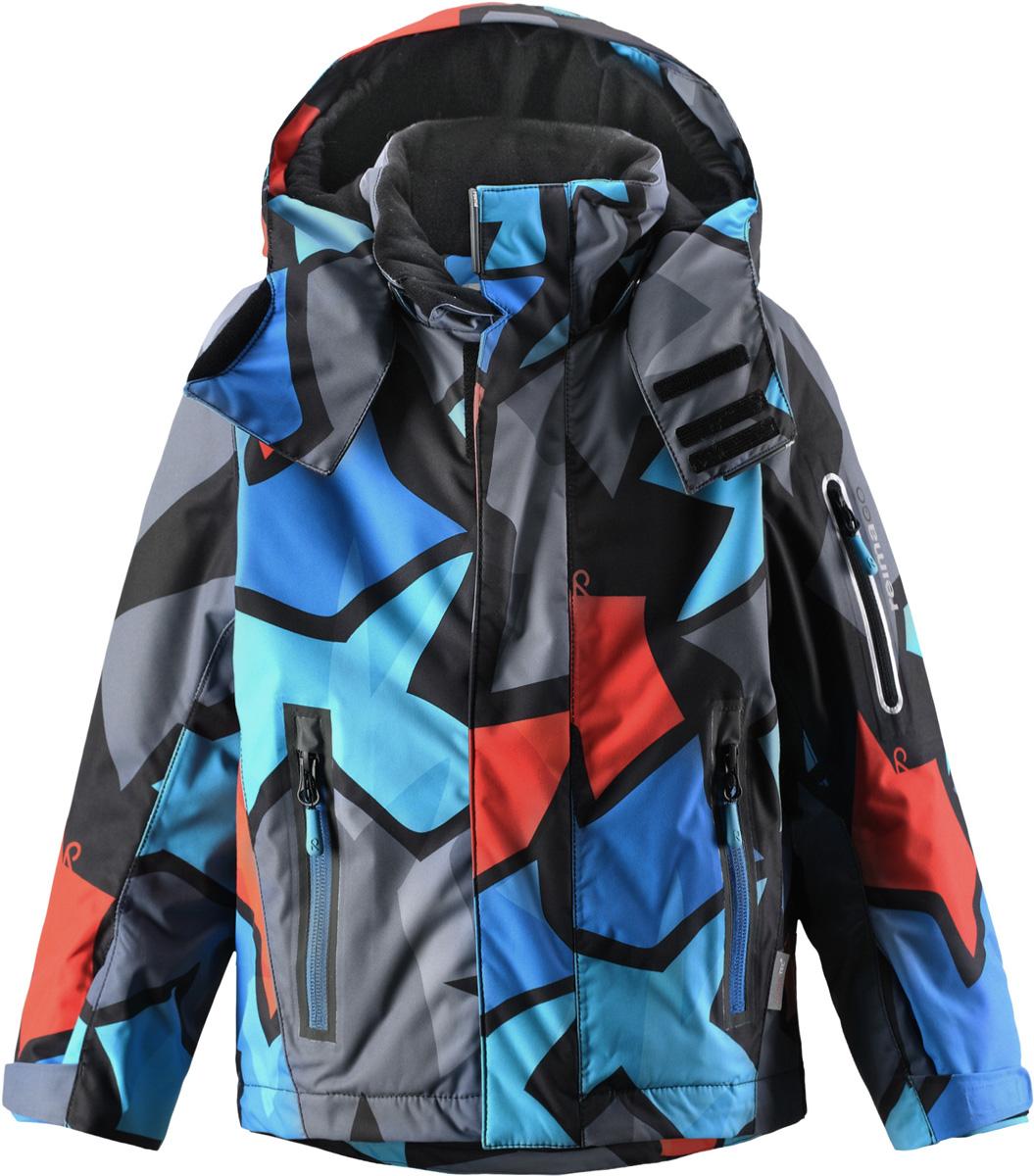 Куртка521473B_6765Функциональная куртка Reima Reimatec Regor со средней степенью утепления идеально подходит для занятий зимними видами спорта. Модель изготовлена из ветронепроницаемого, водо- и грязеотталкивающего материала с утеплителем из полиэстера. Дышащий материал хорошо пропускает воздух. Изделие легко чистится и не требует частых стирок. Благодаря гладкой подкладке из полиэстера, куртка легко надевается. Все швы проклеены. Куртка с воротником-стойкой, капюшоном и рукавами-реглан застегивается на пластиковую молнию с защитой подбородка. Модель оснащена двумя ветрозащитными планками. Внешняя планка имеет застежки- липучки. Регулируемый капюшон пристегивается к куртке при помощи кнопок. На капюшоне имеются клапан на липучке для защиты от ветра и козырек. Подкладка капюшона, выполненная из тактильно приятного материала, по краям присборена на резинки. Рукава дополнены эластичными манжетами. Края рукавов регулируются по объему с помощью хлястиков и липучек. Спереди...