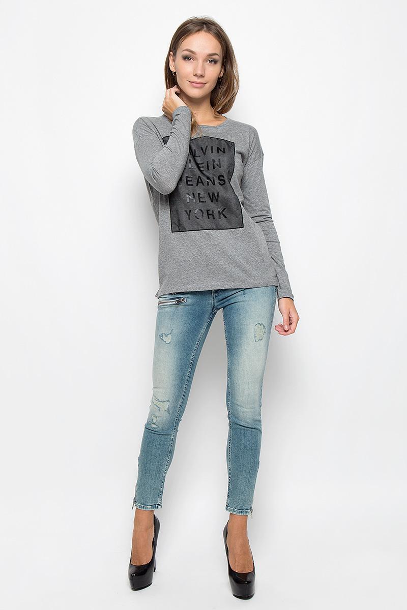 ЛонгсливA16-12109_201Женский лонгслив Calvin Klein Jeans, выполненный из натурального хлопка, поможет создать отличный образ в стиле Casual. Лонгслив с круглым вырезом горловины и длинными рукавами. В боковых швах обработаны небольшие разрезы, спинка изделия немного удлинена. Модель оформлена принтом в виде надписи Calvin Klein Jeans New York. Такой лонгслив станет стильным дополнением к вашему гардеробу, он подарит вам комфорт в течение всего дня!