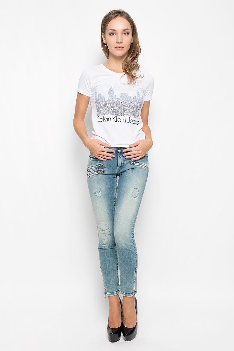 J20J201144_0990Женская футболка Calvin Klein Jeans, выполненная из хлопка с добавлением эластана, поможет создать отличный современный образ в стиле Casual. Футболка с круглым вырезом горловины и короткими рукавами. Модель оформлена фирменным принтом. Такая футболка станет стильным дополнением к вашему гардеробу, она подарит вам комфорт в течение всего дня!