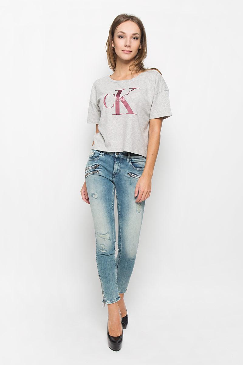 ФутболкаJ20J200793_099Женская футболка Calvin Klein Jeans выполнена из натурального хлопка. Укороченная модель с круглым вырезом горловины и короткими рукавами оформлена логотипом бренда.