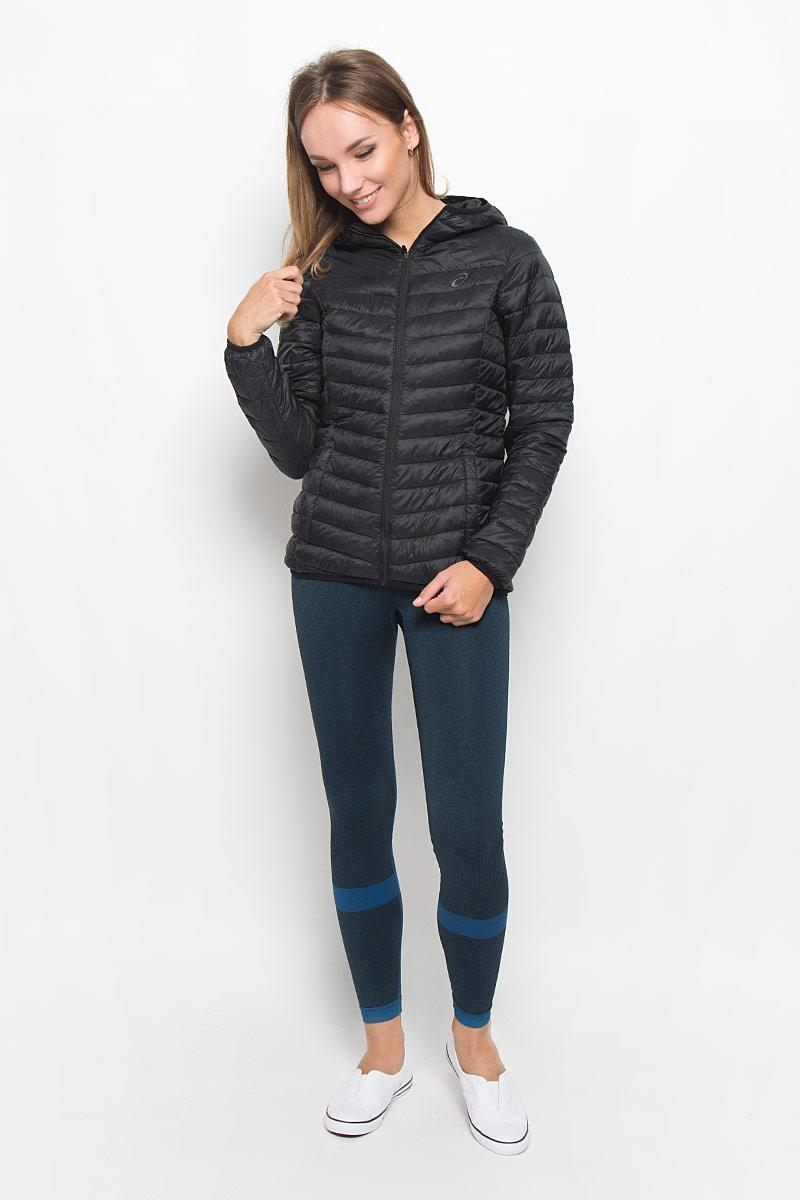 Куртка134779-0904Женская стеганая куртка Asics Padded Jacket, выполненная из полиамида с утеплителем из полиэстера, отлично подойдет для прохладной погоды. Изделие дополнено подкладкой из полиамида. Модель с капюшоном и длинными рукавами спереди застегивается на застежку-молнию. Низ рукавов, низ куртки и край капюшона обработаны эластичной бейкой. Изделие дополнено двумя прорезными карманами на застежках-молниях и оформлено вышитым фирменным логотипом. Эта модная куртка послужит отличным дополнением к вашему гардеробу!