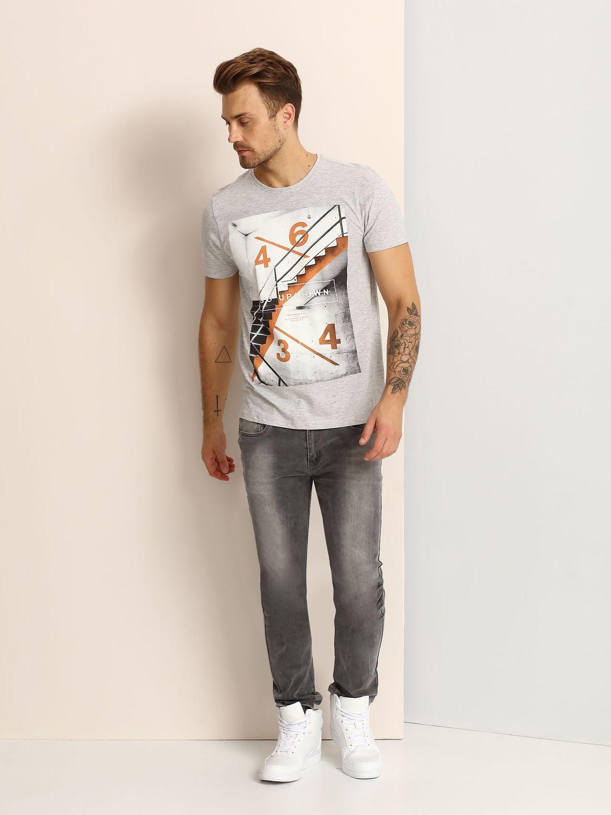 SPO2809SZМужская футболка, выполненная из 100% хлопка, оформлена ярким принтом с надписью. Модель со стандартным коротким рукавом и круглым вырезом горловины.