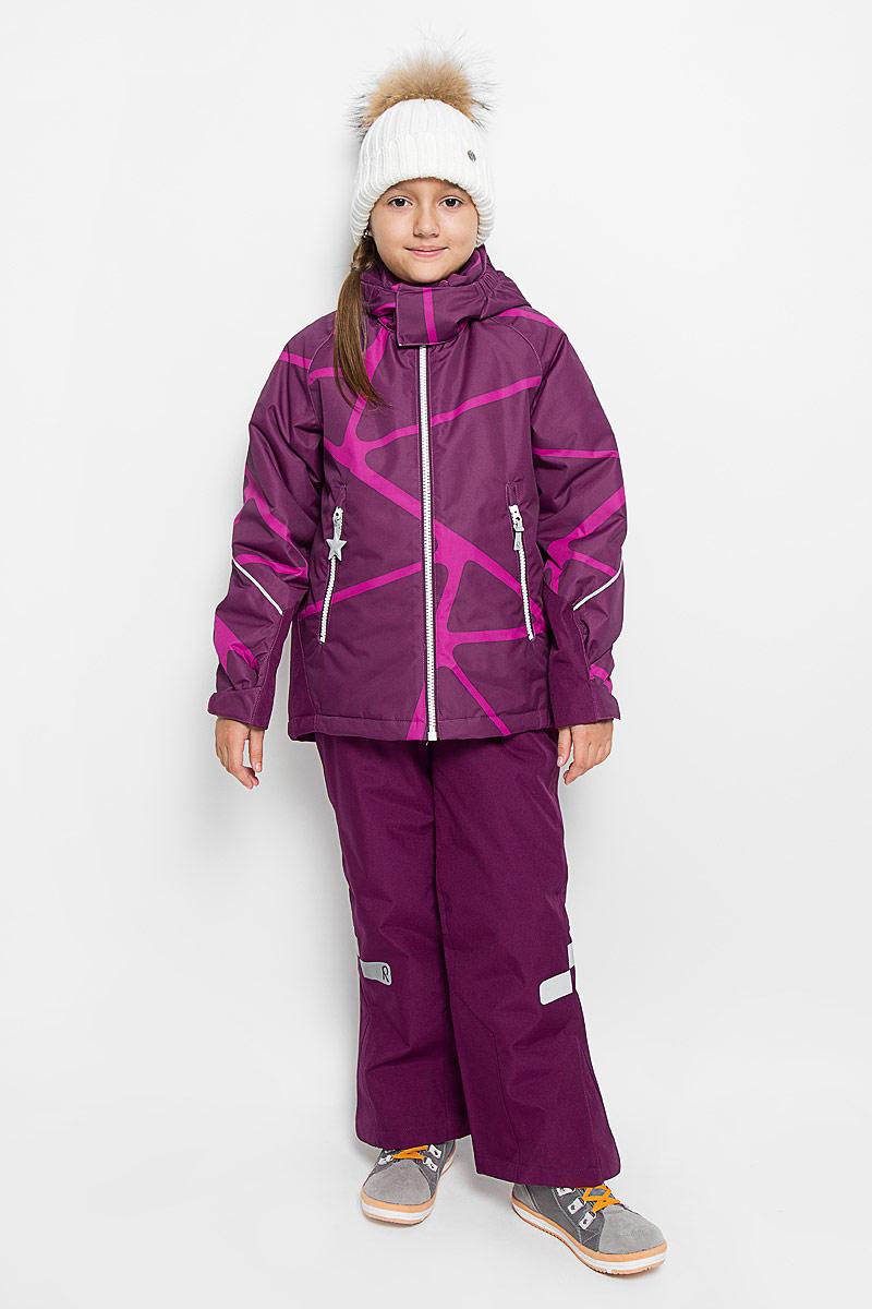 Комплект верхней одежды523102-4909Детский комплект одежды со средней степенью утепления Reima Kiddo Kide, состоящий из куртки и брюк, идеально подойдет для активных детей в прохладную погоду. Комплект изготовлен из прочного, дышащего, ветронепроницаемого материала с водонепроницаемой мембраной. Комбинированная подкладка выполнена из полиэстера. В качестве утеплителя используется 100% полиэстер. Внешние швы изделия проклеены. Куртка со съемным капюшоном и воротником-стойкой застегивается на пластиковую молнию с защитой подбородка и дополнительно оснащена внутренней ветрозащитной планкой. Капюшон, присборенный по бокам на резинки, защитит нежные щечки от ветра. Он пристегивается к куртке при помощи кнопок и дополнительно имеет клапан под подбородком с застежкой-липучкой. Для большего комфорта на капюшоне и воротнике используется мягкая и приятная на ощупь подкладка. На рукавах предусмотрены хлястики на липучках для регулировки объема. Понизу изделия проходит скрытая эластичная резинка со...