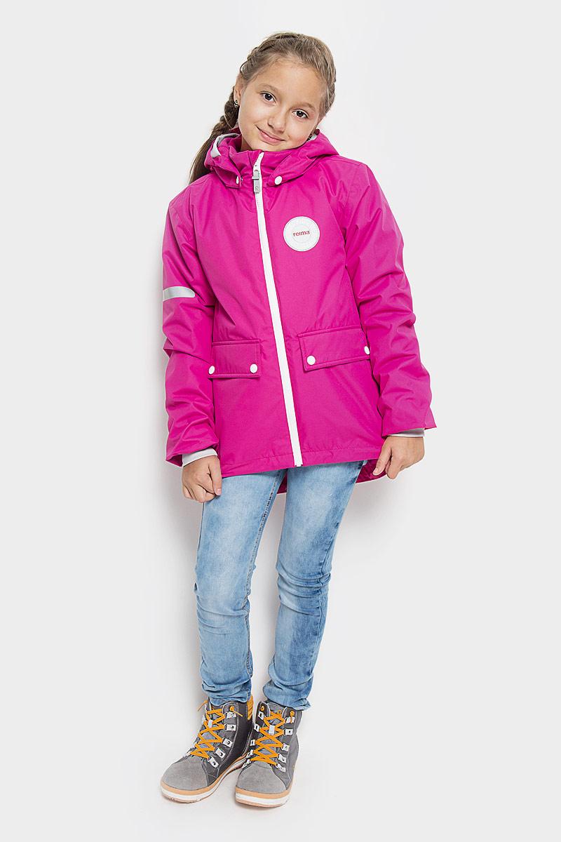 Куртка521463-2500Детская куртка Reima Taag идеально подойдет для ребенка в прохладное время года. Куртка изготовлена из водоотталкивающей и ветрозащитной мембранной ткани. Материал отличается высокой устойчивостью к трению, благодаря специальной обработке полиуретаном поверхность изделия отталкивает грязь и воду, что облегчает поддержание аккуратного вида одежды, дышащее покрытие с изнаночной части не раздражает даже самую нежную и чувствительную кожу ребенка, обеспечивая ему наибольший комфорт. Куртка с капюшоном и длинными стандартными рукавами застегивается на пластиковую застежку-молнию с защитой подбородка, благодаря чему ее легко надевать и снимать, и дополнительно имеет внутреннюю ветрозащитную планку. Капюшон, присборенный по верху мягкой резинкой, защитит нежные щечки от ветра, он пристегивается к куртке при помощи застежек-кнопок. Мягкая подкладка на воротнике-стойке и широкая резинка на манжетах обеспечивает дополнительный комфорт. Спинка изделия удлинена....
