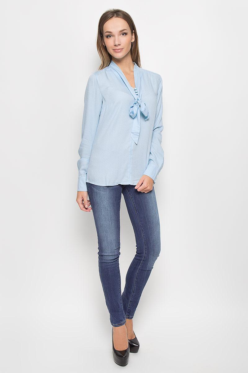 A16-11083_138Стильная женская блуза Finn Flare, выполненная из высококачественной вискозы, подчеркнет ваш уникальный стиль и поможет создать оригинальный женственный образ. Блузка свободного кроя с длинными рукавами и воротником-аскот. Блузка застегивается на оригинальные пуговицы сверху, манжеты рукавов также дополнены пуговицами. Легкая блуза идеально подойдет для жарких летних дней. Такая блузка будет дарить вам комфорт в течение всего дня и послужит замечательным дополнением к вашему гардеробу.
