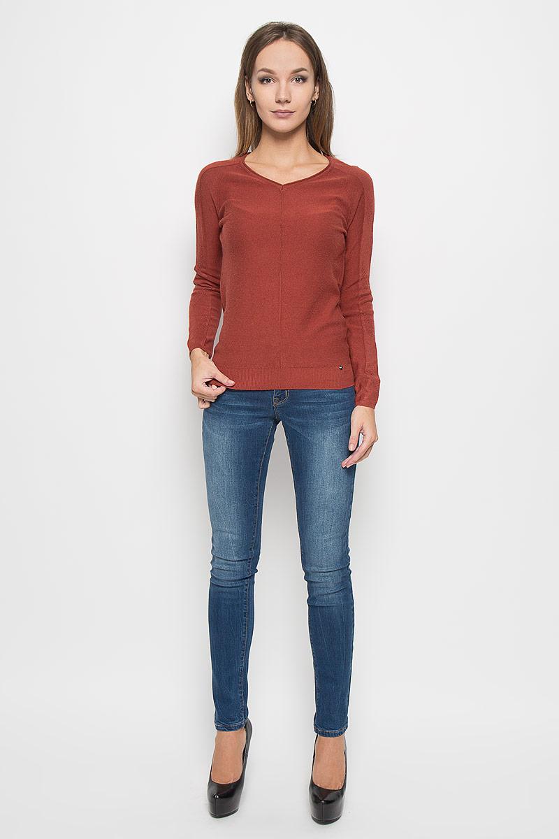 A16-11130_711Потрясающий женский пуловер Finn Flare выполнен из высококачественной пряжи. Модель с длинными рукавами-реглан и V-образным вырезом горловины. Манжеты и низ изделия связаны мелкой резинкой, что предотвращает деформацию при носке. Горловина оформлена эффектом необработанного края. Снизу пуловер декорирован металлической пластиной логотипа бренда. Рукава модели выполнены ажурной вязкой. В таком пуловере вы будете выглядеть изящно и стильно.