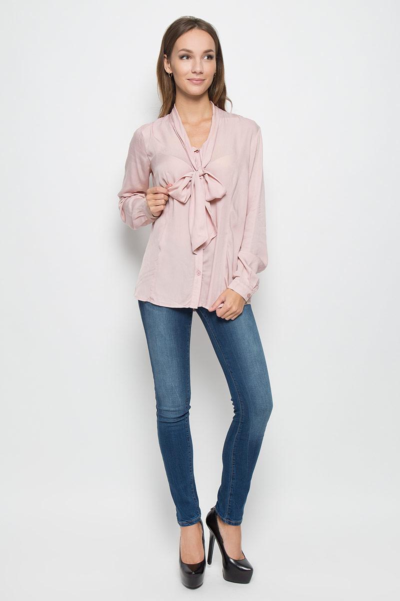 A16-170610_325Стильная женская блуза Finn Flare, выполненная из 100% вискозы, подчеркнет ваш уникальный стиль и поможет создать оригинальный женственный образ. Блузка с длинными рукавами и воротником-аскот застегивается на пуговицы спереди, манжеты рукавов также застегиваются на пуговицы. Такая блузка идеально подойдет для жарких летних дней. Эта блузка будет дарить вам комфорт в течение всего дня и послужит замечательным дополнением к вашему гардеробу.