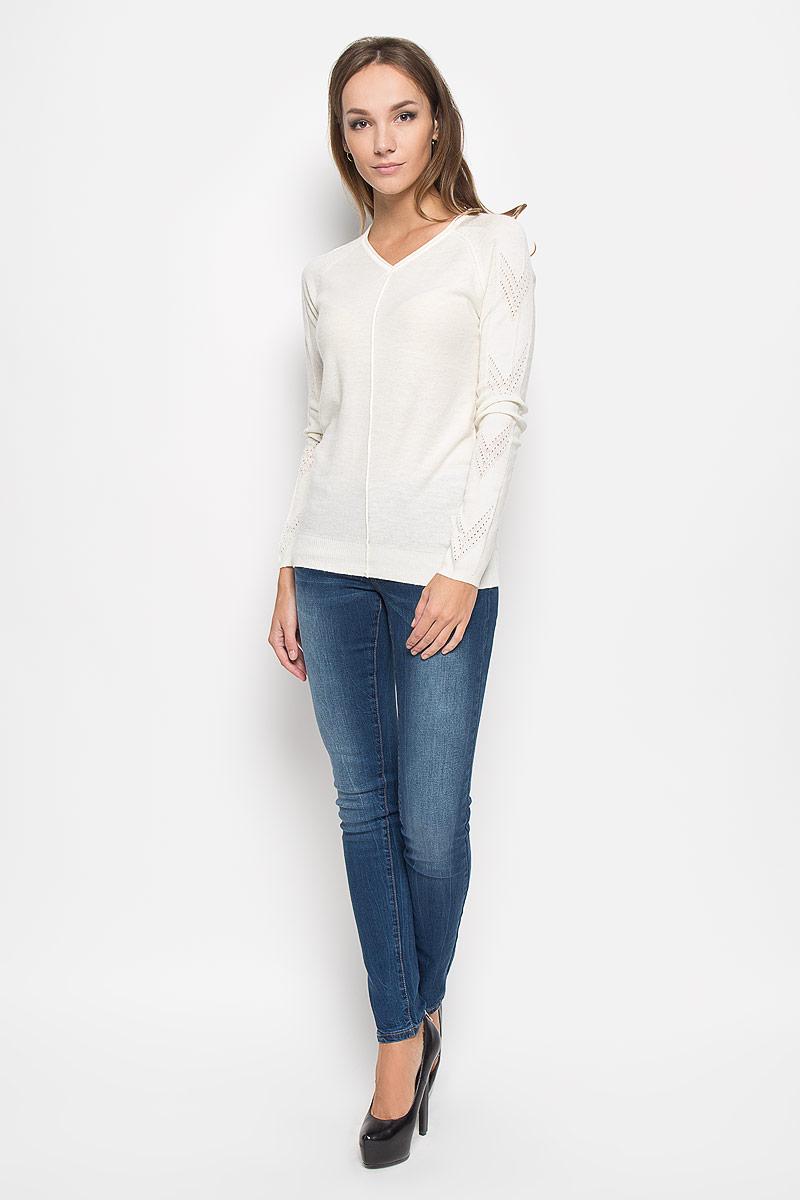 ПуловерA16-11130_711Потрясающий женский пуловер Finn Flare выполнен из высококачественной пряжи. Модель с длинными рукавами-реглан и V-образным вырезом горловины. Манжеты и низ изделия связаны мелкой резинкой, что предотвращает деформацию при носке. Горловина оформлена эффектом необработанного края. Снизу пуловер декорирован металлической пластиной логотипа бренда. Рукава модели выполнены ажурной вязкой. В таком пуловере вы будете выглядеть изящно и стильно.