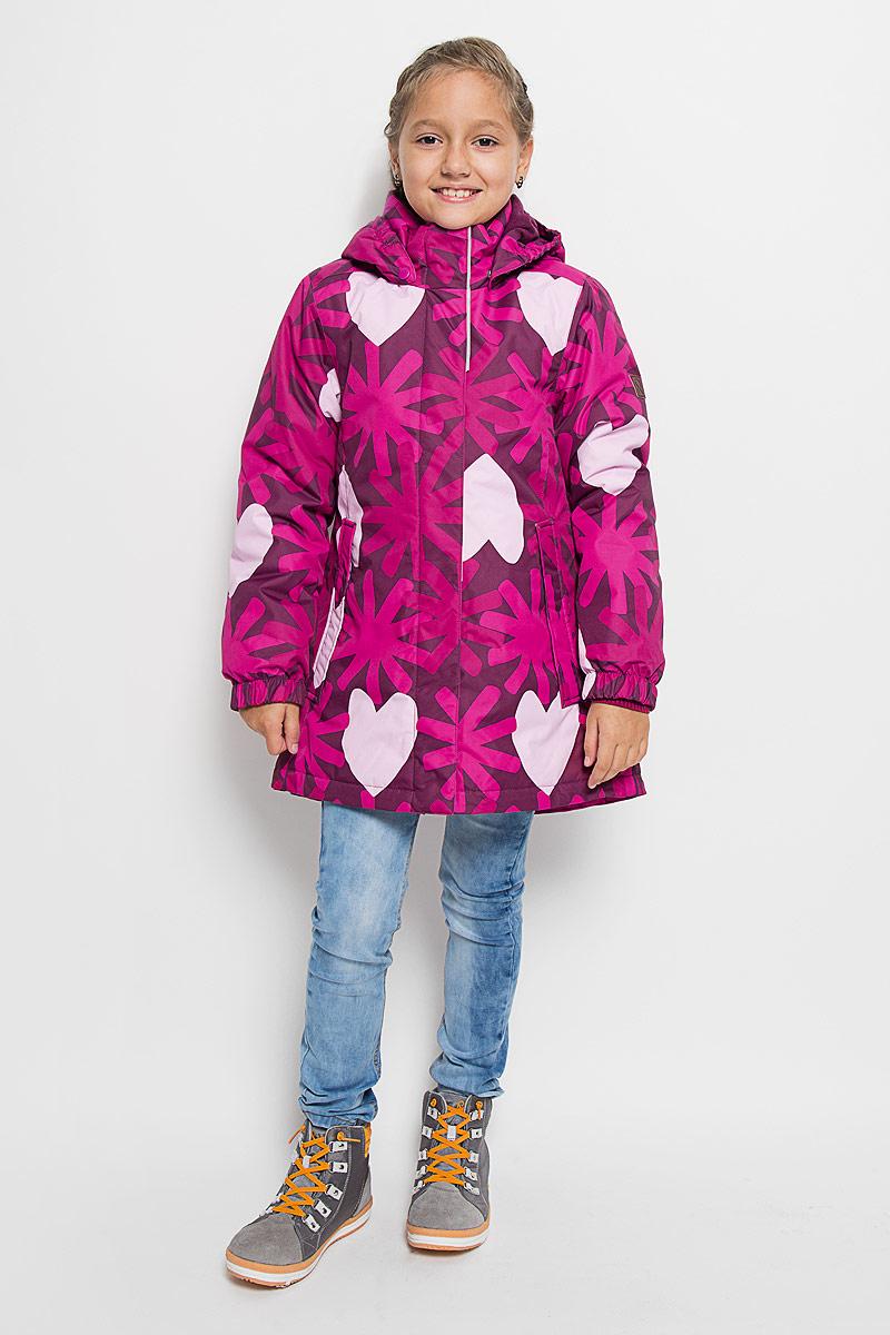 521462-4901Прелестная куртка Reima Misteli идеально подойдет для вашей принцессы в прохладное время года. Модель изготовлена из ветрозащитного и дышащего материала - 100% полиэстера с полиуретановым покрытием, которое предотвращает проникновением влаги и грязи. Подкладка и утеплитель выполнены из 100% полиэстера. Внутренние швы проклеены, водонепроницаемы. Куртка с воротником-стойкой застегивается на застежку-молнию и дополнена ветрозащитным клапаном с застежками-липучками. Съемный капюшон, фиксирующийся с помощью кнопок, присборен спереди на эластичные резинки. С внутренней стороны по талии изделие дополнено регулируемой эластичной резинкой, а низ модели шнурком-кулиской. Изделие спереди оформлено двумя прорезными карманами с клапанами на застежках-кнопках. Манжеты рукавов дополнены эластичными резинками. Спинка модели немного удлинена. Нижняя часть спинки оформлена светоотражающей фирменной нашивкой, один из рукавов - нашивкой с фирменным логотипом. Светоотражающие элементы увеличивают...
