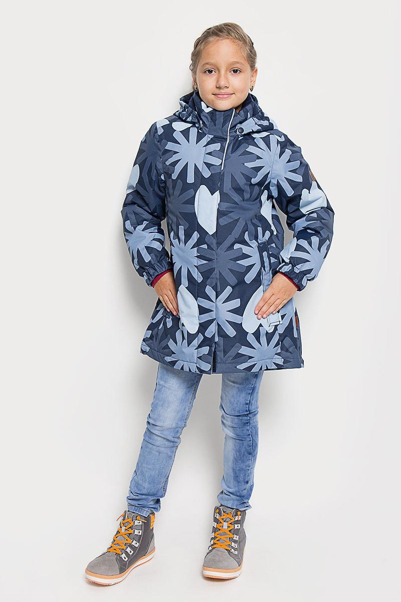 Куртка521462-4901Прелестная куртка Reima Misteli идеально подойдет для вашей принцессы в прохладное время года. Модель изготовлена из ветрозащитного и дышащего материала - 100% полиэстера с полиуретановым покрытием, которое предотвращает проникновением влаги и грязи. Подкладка и утеплитель выполнены из 100% полиэстера. Внутренние швы проклеены, водонепроницаемы. Куртка с воротником-стойкой застегивается на застежку-молнию и дополнена ветрозащитным клапаном с застежками-липучками. Съемный капюшон, фиксирующийся с помощью кнопок, присборен спереди на эластичные резинки. С внутренней стороны по талии изделие дополнено регулируемой эластичной резинкой, а низ модели шнурком-кулиской. Изделие спереди оформлено двумя прорезными карманами с клапанами на застежках-кнопках. Манжеты рукавов дополнены эластичными резинками. Спинка модели немного удлинена. Нижняя часть спинки оформлена светоотражающей фирменной нашивкой, один из рукавов - нашивкой с фирменным логотипом. Светоотражающие элементы увеличивают...