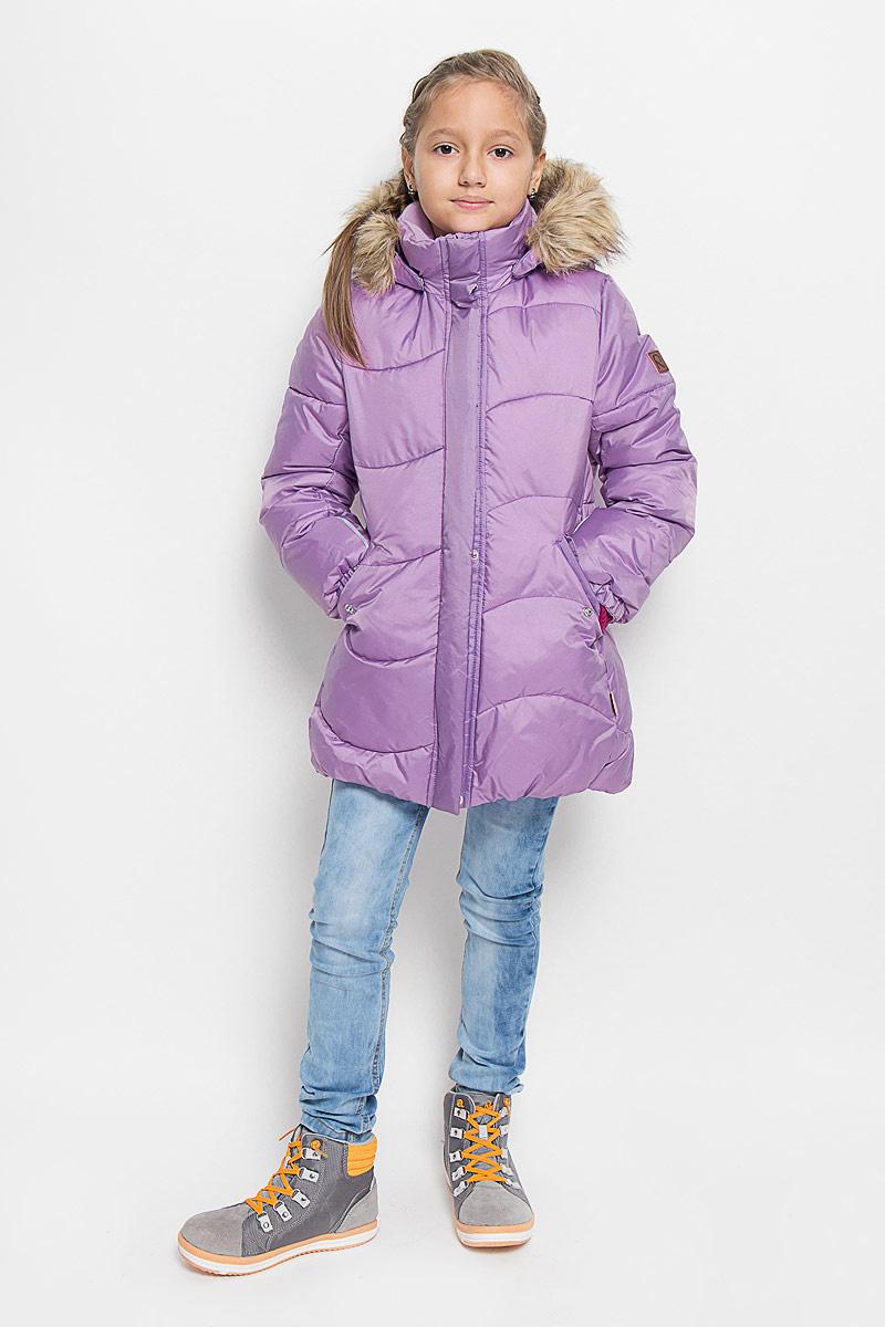 531228-4620Модная куртка Reima Sula со средней степенью утепления станет отличным дополнением к гардеробу вашей дочурки. Куртка изготовлена из водонепроницаемой и ветрозащитной мембранной ткани - полиамида с добавлением полиэстера на подкладке из 100% полиэстера. Благодаря специальной обработке полиуретаном, поверхность изделия отталкивает грязь и воду, что облегчает поддержание аккуратного вида одежды. Дышащий материал изделия обеспечивает дополнительный комфорт. В качестве утеплителя используется 100% полиэстер. Куртка с воротником-стойкой и съемным капюшоном застегивается на застежку-молнию и дополнена ветрозащитным клапаном с застежками-кнопками. Капюшон, украшенный съемным искусственным мехом, пристегивается к куртке с помощью кнопок. Мягкая подкладка на капюшоне и воротнике обеспечивает комфорт. Изделие дополнено спереди двумя прорезными карманами с клапанами на кнопках. Манжеты рукавов дополнены эластичными резинками. Нижняя часть модели с внутренней стороны...