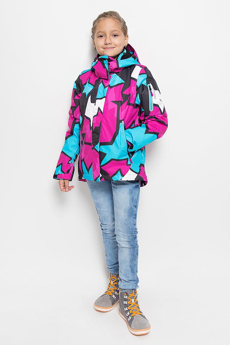 Куртка521472B_4622Теплая куртка для девочки Reimatec Roxana идеально подойдет для ребенка в холодное время года. Куртка изготовлена из водоотталкивающей и ветрозащитной мембранной ткани с утеплителем из синтепона (100% полиэстера). Материал отличается высокой устойчивостью к трению, благодаря специальной обработке полиуретаном поверхность изделия отталкивает грязь и воду, что облегчает поддержание аккуратного вида одежды, дышащее покрытие с изнаночной части не раздражает даже самую нежную и чувствительную кожу ребенка, обеспечивая ему наибольший комфорт. В качестве подкладки также используется 100% полиэстер. Куртка с удлиненной спинкой и капюшоном застегивается на пластиковую застежку-молнию с защитой подбородка, благодаря чему ее легко надевать и снимать, а также дополнительно имеет ветрозащитный клапан на кнопках и липучках. Капюшон защитит нежные щечки от ветра, он пристегивается к куртке при помощи кнопок и дополнительно застегивается клапаном под подбородком на липучки. Края...