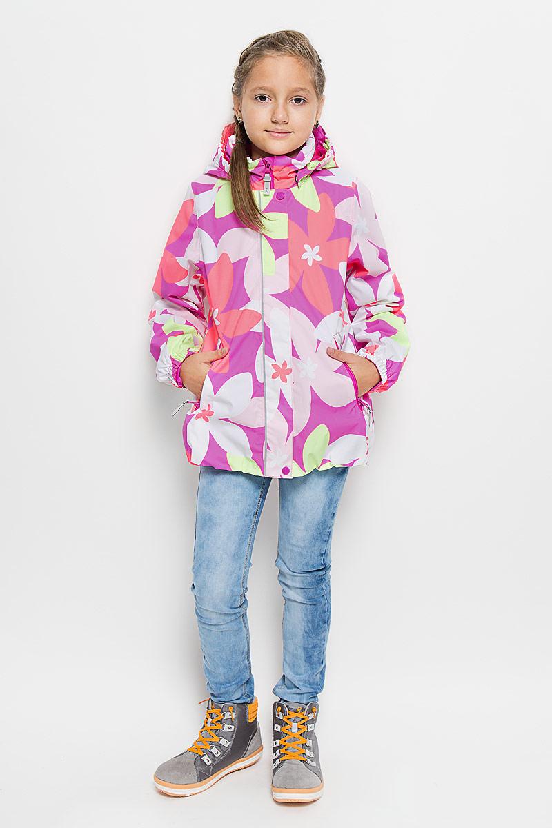 Куртка521445_3423Куртка для девочки Reima Sundae идеально подойдет для ребенка в прохладное время года. Куртка изготовлена из водоотталкивающей и ветрозащитной мембранной ткани. Материал отличается высокой устойчивостью к трению, благодаря специальной обработке полиуретаном поверхность изделия отталкивает грязь и воду, что облегчает поддержание аккуратного вида одежды, дышащее покрытие с изнаночной части не раздражает даже самую нежную и чувствительную кожу ребенка, обеспечивая ему наибольший комфорт. Куртка с капюшоном и длинными рукавами застегивается на пластиковую застежку-молнию с защитой подбородка, благодаря чему ее легко надевать и снимать, и дополнительно имеет внешнюю ветрозащитную планку на кнопках и липучках. Капюшон, присборенный по бокам, защитит нежные щечки от ветра, он пристегивается к куртке при помощи застежек-кнопок. Низ рукавов дополнен неширокими эластичными манжетами. Мягкая подкладка на воротнике и манжетах обеспечивает дополнительный комфорт. Спереди куртка дополнена...