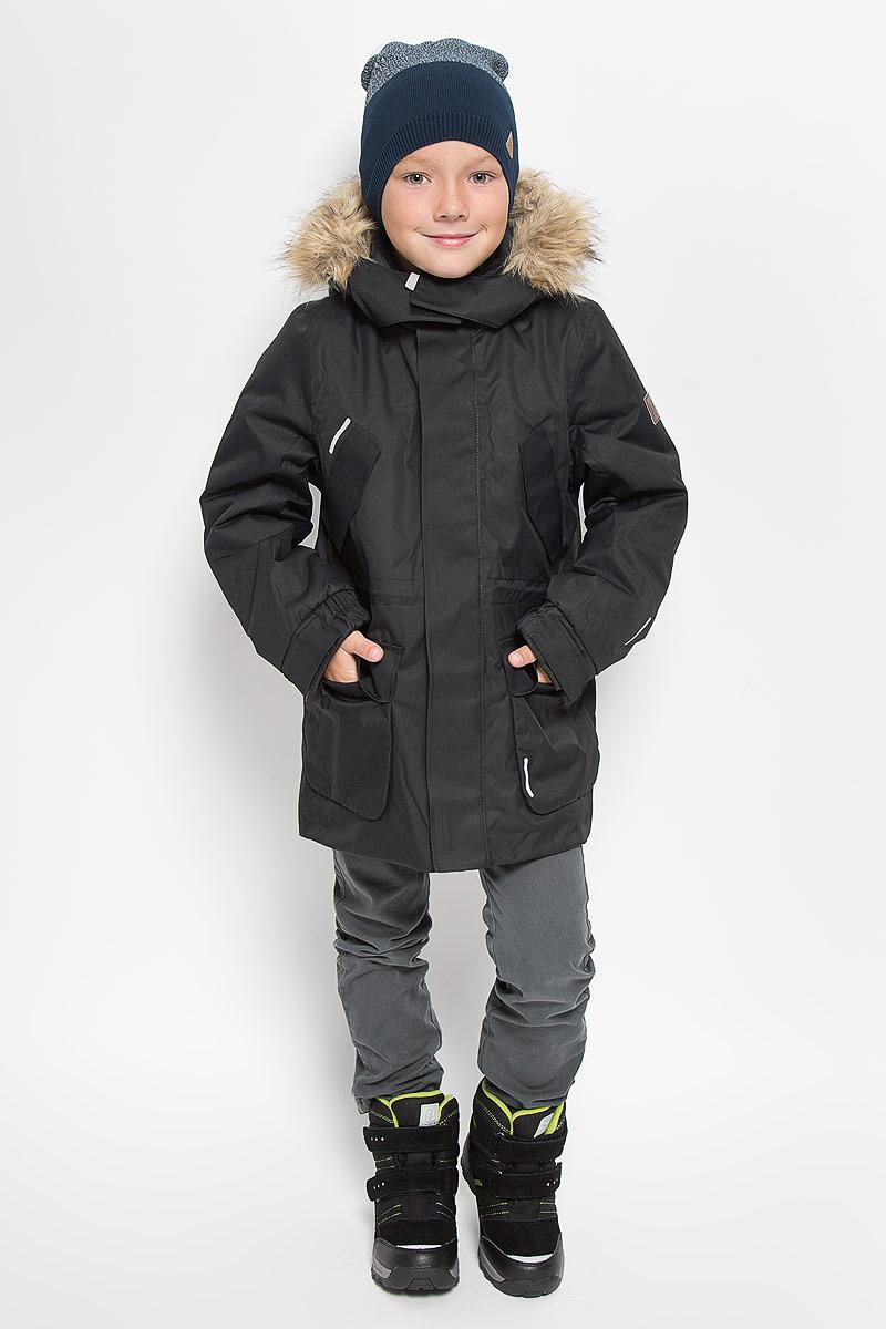 Парка531233_2500Классическая детская куртка парка Reima Reimatec Naapuri со средней степенью утепления подходит для прогулок в любую погоду. Куртка изготовлена из водо- и ветронепроницаемого материала, который пропускает воздух, но отталкивает воду и грязь. В качестве утеплителя используется полиэстер. Все швы проклеены и водонепроницаемы, чтобы ребенок смог получить удовольствие от прогулок, несмотря на погоду. Удлиненная куртка с воротником-стойкой и съемным капюшоном застегивается на пластиковую молнию с защитой подбородка. Модель оснащена двумя ветрозащитными планками. Внешняя планка имеет застежки- липучки. Капюшон, декорированный съемной опушкой из искусственного меха, пристегивается к куртке при помощи кнопок и дополнительно имеет клапан под подбородком с застежкой-липучкой. Капюшон снабжен хлястиком с застежкой-липучкой для регулировки объема. На капюшоне и воротнике предусмотрена мягкая подкладка для большего комфорта. Куртку прямого кроя можно регулировать по фигуре на...