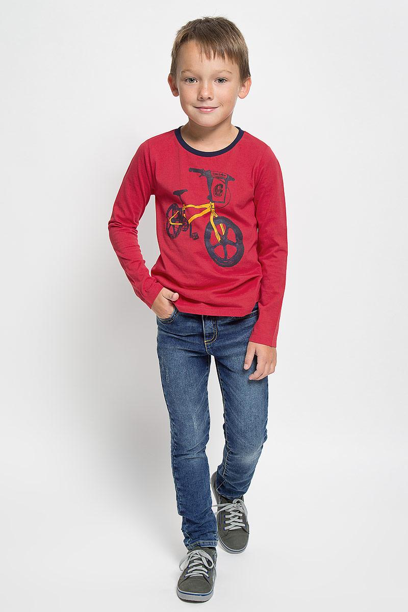 Джинсы6204961.00.82_1095Стильные джинсы Tom Tailor станут отличным дополнением к гардеробу вашего мальчика. Изготовленные из высококачественного материала, они необычайно мягкие и приятные на ощупь, не сковывают движения и позволяют коже дышать, не раздражают даже самую нежную и чувствительную кожу ребенка, обеспечивая наибольший комфорт. Джинсы застегиваются на крючок в поясе и ширинку на застежке-молнии. С внутренней стороны пояс дополнен регулируемой эластичной резинкой, которая позволяет подогнать модель по фигуре. На поясе предусмотрены шлевки для ремня. Джинсы имеют классический пятикарманный крой: спереди модель оформлена двумя втачными карманами и одним маленьким накладным кармашком, а сзади - двумя накладными карманами. Модель оформлена контрастной прострочкой, перманентными складками и эффектом потертости. Современный дизайн и расцветка делают эти джинсы модным и стильным предметом детского гардероба. В них вам мальчик будет чувствовать себя уютно и комфортно, и всегда будет в центре...
