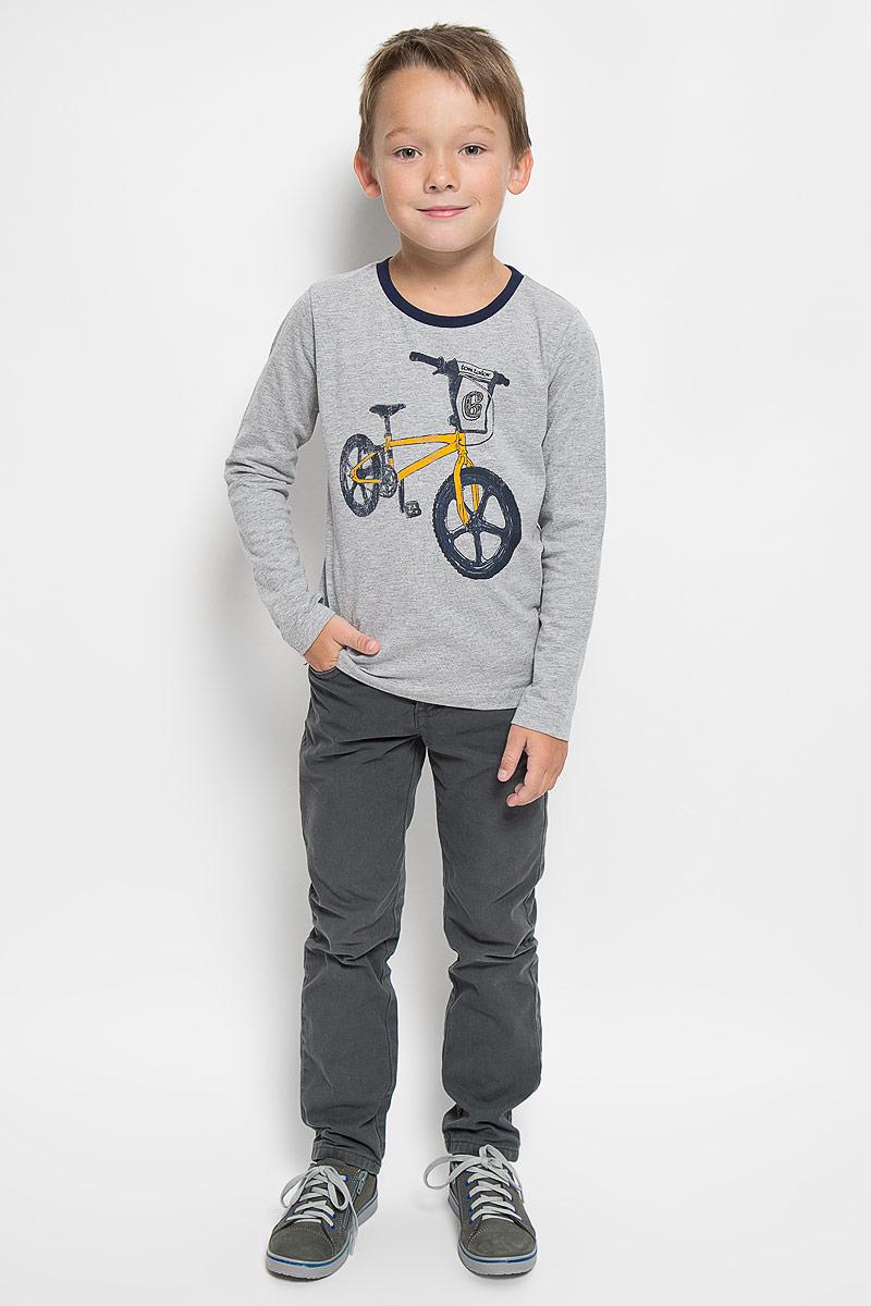 1035343.00.82_2482Лонгслив для мальчика Tom Tailor, выполненный из хлопка с добавлением полиэстера, идеально подойдет для повседневной носки. Материал мягкий и приятный на ощупь, не сковывает движения и хорошо пропускает воздух, обеспечивая комфорт. Модель с круглым вырезом горловины и длинными рукавами оформлена принтом с изображением велосипеда и надписью. Вырез горловины дополнен мягкой трикотажной резинкой контрастного цвета. Современный дизайн, отличное качество и расцветка делают этот лонгслив стильным предметом детской одежды. Его обладатель всегда будет в центре внимания!