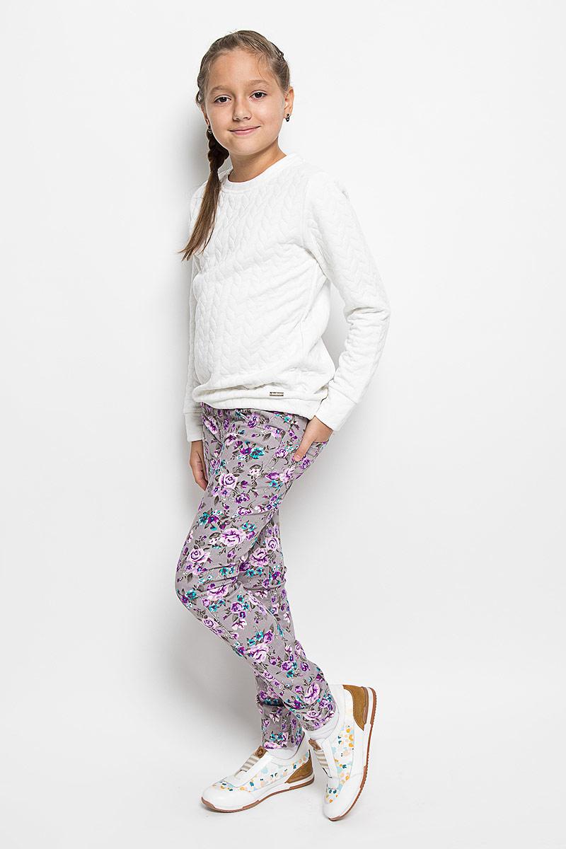 Брюки205818Стильные брюки для девочки Luminoso, идеально подойдут вашей маленькой моднице. Изготовленные из эластичного хлопка, они необычайно мягкие и приятные на ощупь, не сковывают движения и позволяют коже дышать, не раздражают даже самую нежную и чувствительную кожу ребенка, обеспечивая ему наибольший комфорт. Брюки на поясе застегивается на оригинальную металлическую пуговицу и имеют ширинку на застежке-молнии и шлевки для ремня. При необходимости пояс можно утянуть скрытой резинкой на пуговках. Брюки спереди дополнены двумя втачными карманами и одним маленьким накладным кармашком, а сзади - двумя накладными карманами. Модель оформлена цветочным принтом. Современный дизайн и расцветка делают эти брюки модным и стильным предметом детского гардероба. В них ваша дочурка всегда будет в центре внимания!