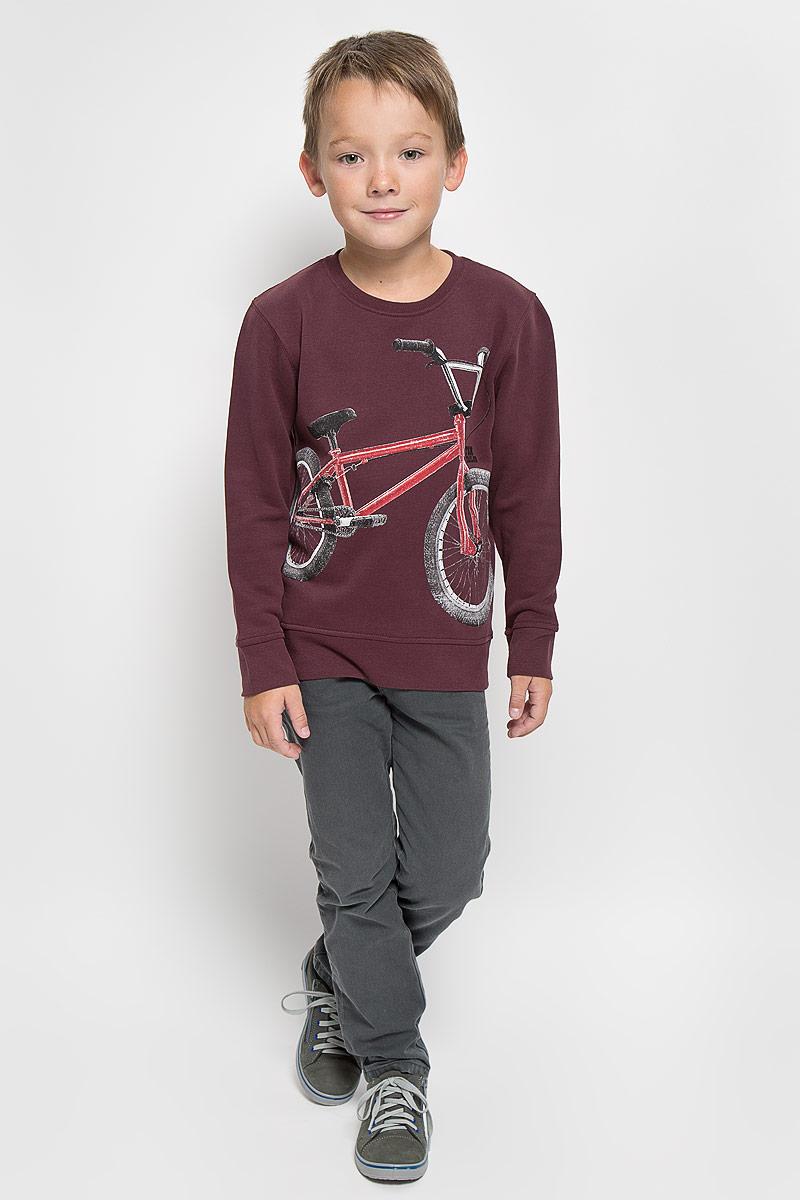Свитшот2530290.00.82_4084Свитшот для мальчика Tom Tailor, выполненный из натурального хлопка, идеально подойдет для повседневной носки. Материал мягкий и приятный на ощупь, не сковывает движения и позволяет коже дышать, обеспечивая комфорт. Изнаночная сторона изделия с теплым и мягким начесом. Отделка свитшота изготовлена из эластичного хлопка. Модель с круглым вырезом горловины и длинными рукавами оформлена изображением велосипеда и надписью. Вырез горловины и низ свитшота дополнены мягкими трикотажными резинками. На рукавах предусмотрены эластичные манжеты. Современный дизайн, отличное качество и расцветка делают этот свитшот стильным предметом детской одежды. Его обладатель всегда будет в центре внимания!