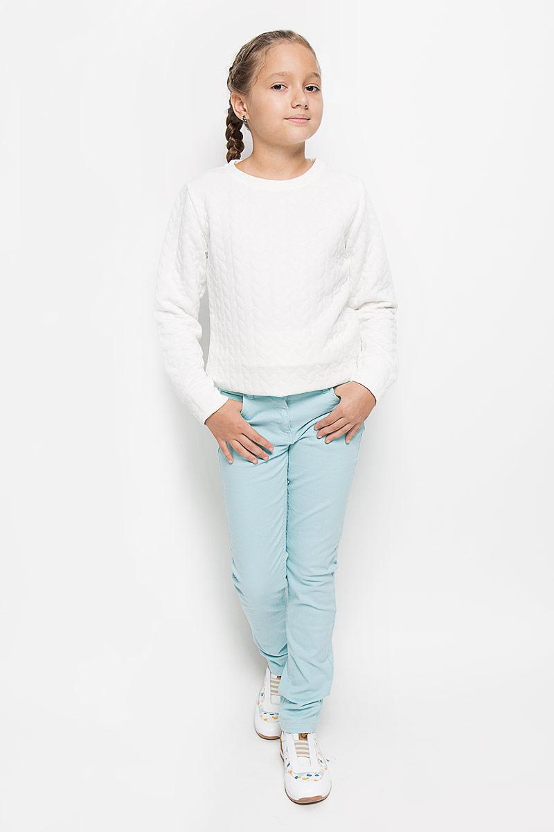P-615/053-6161Яркие брюки для девочки Sela идеально подойдут юной моднице для отдыха и прогулок. Изготовленные из эластичного хлопка, они мягкие и приятные на ощупь, не сковывают движения и позволяют коже дышать, обеспечивая наибольший комфорт. Брюки на талии застегиваются на металлическую пуговицу и имеют ширинку на застежке-молнии, а также шлевки для ремня. С внутренней стороны пояс регулируется скрытой резинкой на пуговицах. Модель имеет классический пятикарманный крой: спереди - два втачных кармана и один маленький накладной, а сзади - два накладных кармана. Оформлено изделие металлическими клепками с изображением сердечек. Современный дизайн и расцветка делают эти брюки модным предметом детской одежды. В них ребенок всегда будет в центре внимания!