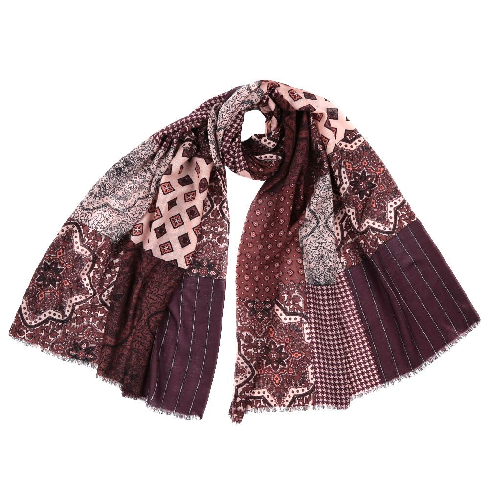 YNNT15246-1Стильный шарф поможет внести живость в любой образ, подарит уют и согреет от холодного ветра. Выполнен из высококачественного материала и оформлен оригинальным принтом.