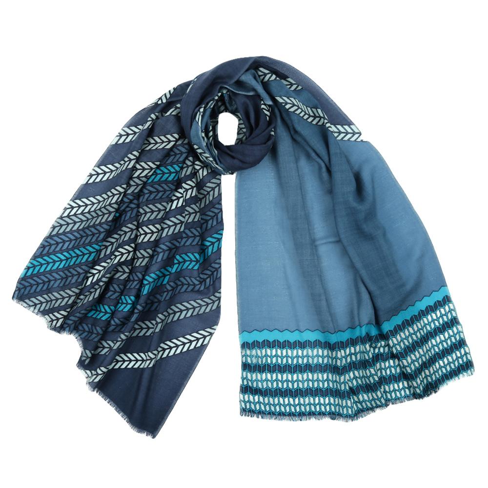 ШарфYNNT1522-15Стильный шарф поможет внести живость в любой образ, подарит уют и согреет от холодного ветра. Выполнен из высококачественного материала и оформлен оригинальным принтом.