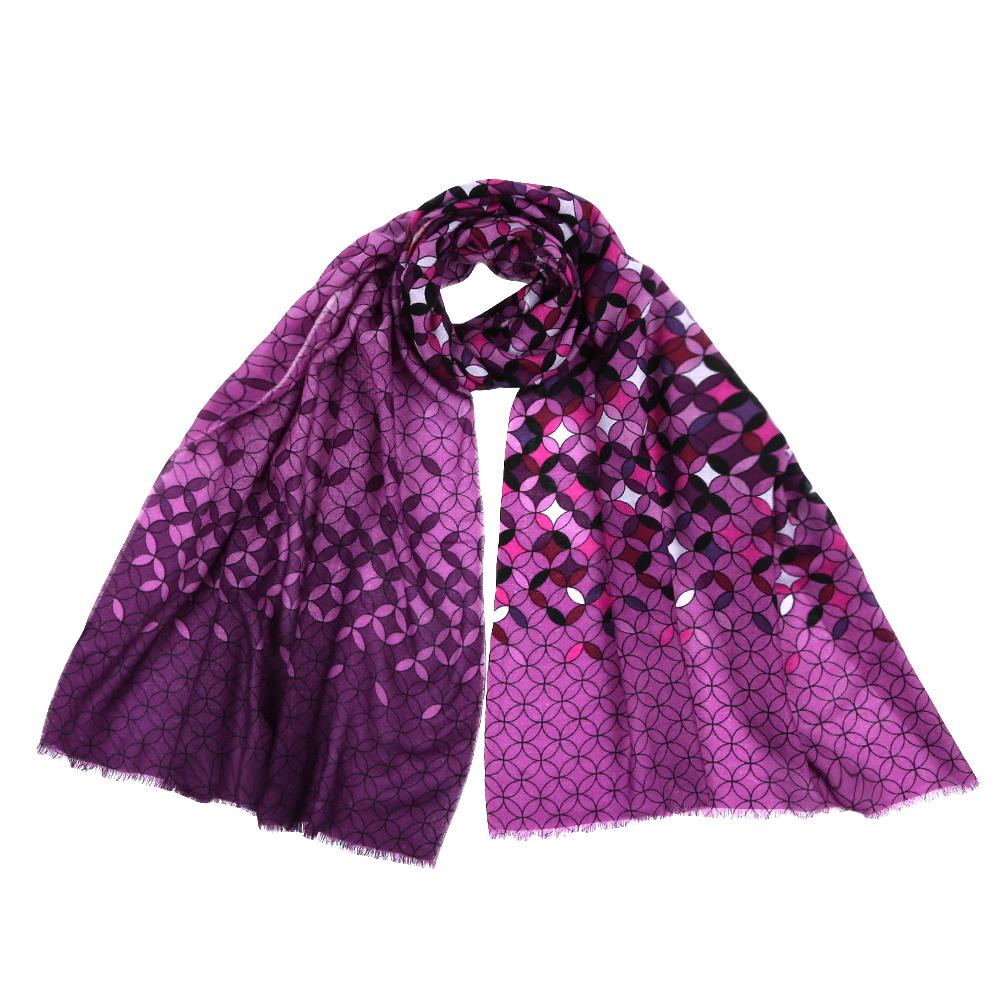 YNNT1519-1Стильный шарф поможет внести живость в любой образ, подарит уют и согреет от холодного ветра. Выполнен из высококачественного материала и оформлен оригинальным принтом.