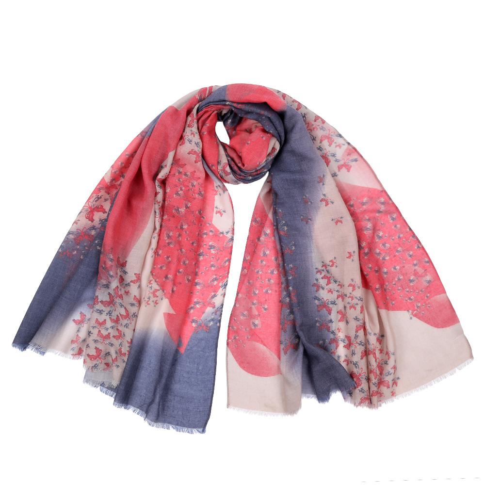 ШарфF1513-1Стильный шарф поможет внести живость в любой образ, подарит уют и согреет от холодного ветра. Оформлен оригинальным принтом.