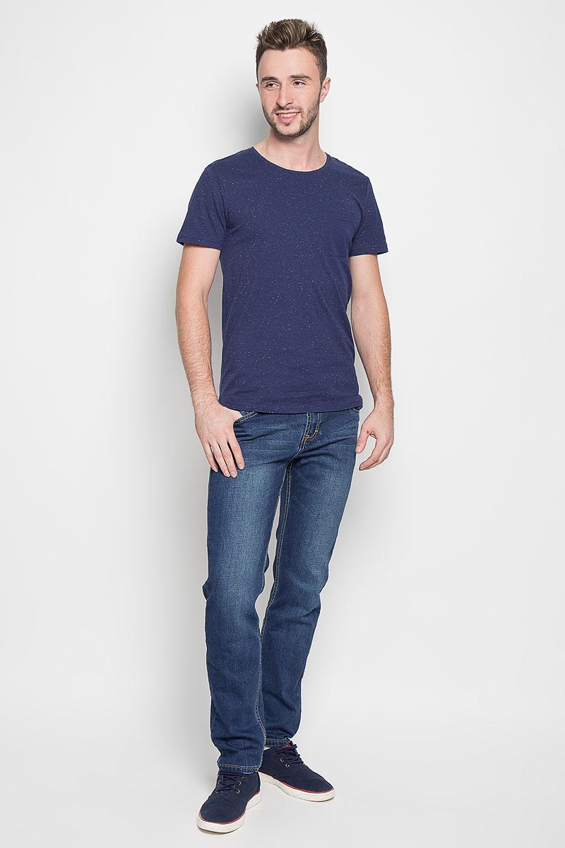 ДжинсыB806509Модные мужские джинсы Baon - это джинсы высочайшего качества, которые прекрасно сидят. Они выполнены из высококачественного эластичного хлопка, что обеспечивает комфорт и удобство при носке. Классические прямые джинсы стандартной посадки станут отличным дополнением к вашему современному образу. Джинсы застегиваются на пуговицу в поясе и ширинку на пуговицах, дополнены шлевками для ремня. Джинсы имеют классический пятикарманный крой: спереди модель дополнена двумя втачными карманами и одним маленьким накладным кармашком, а сзади - двумя накладными карманами. Модель оформлена перманентными складками. Эти модные и в то же время комфортные джинсы послужат отличным дополнением к вашему гардеробу.